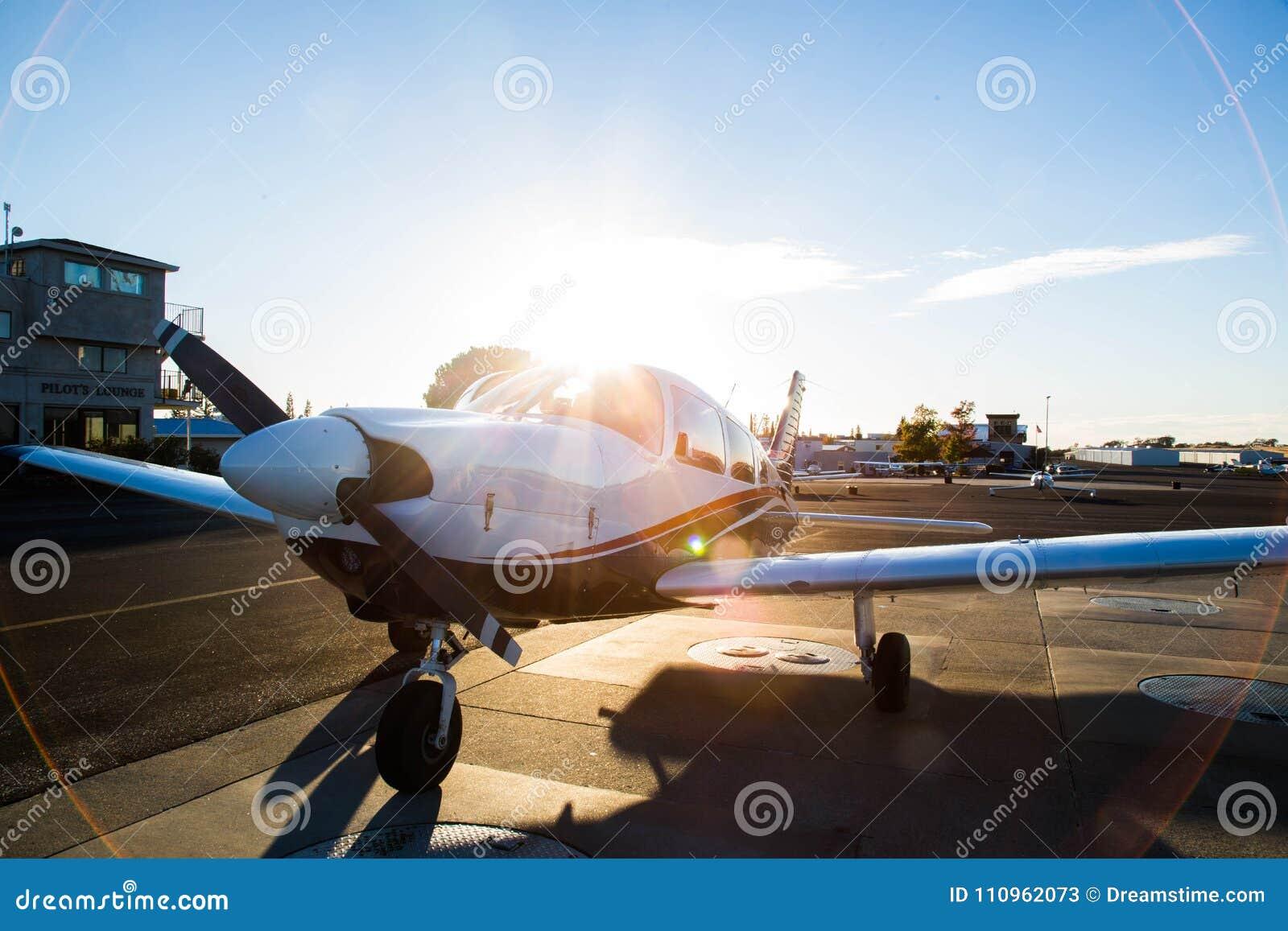 Petit avion avec le coucher du soleil