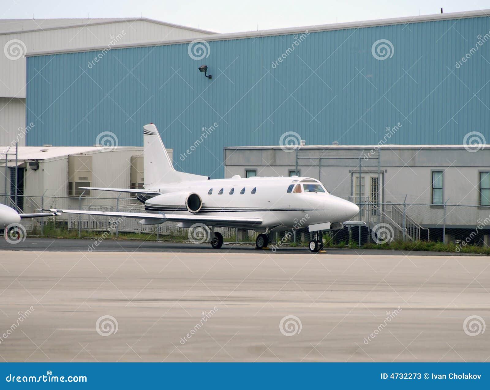 Petit avion stationné