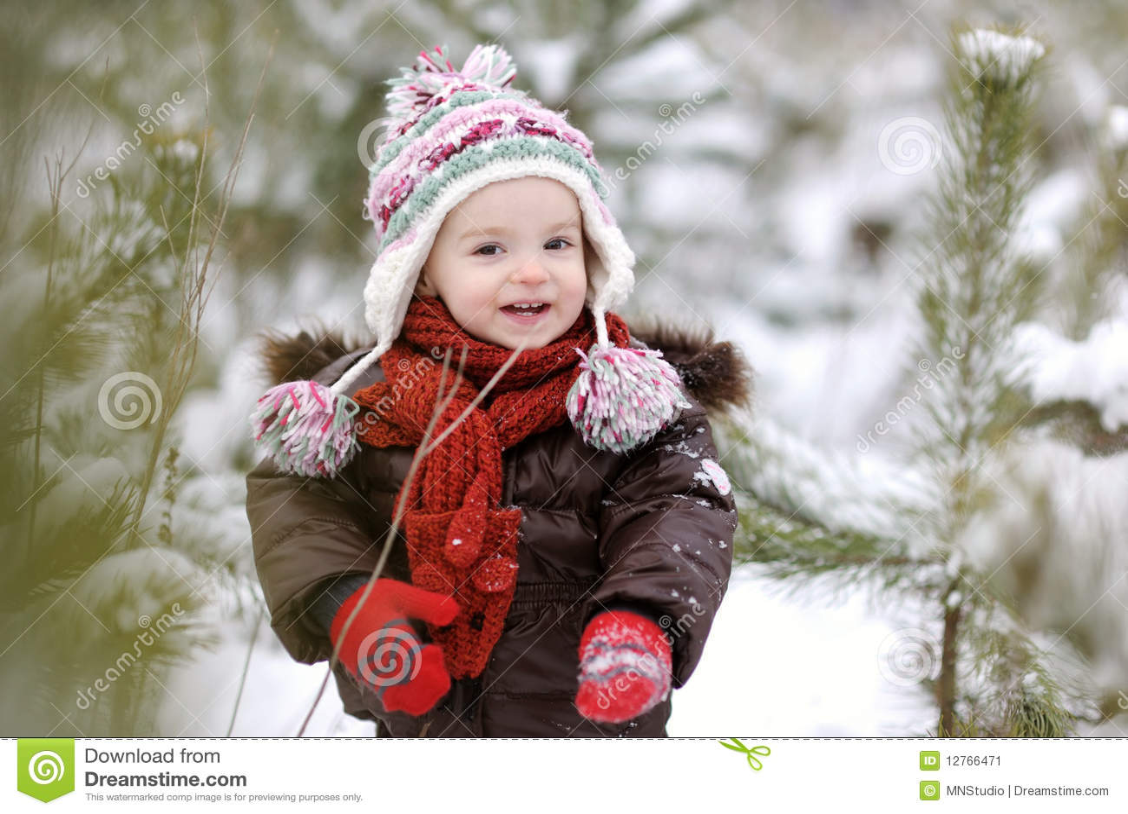 Petit bébé à l hiver