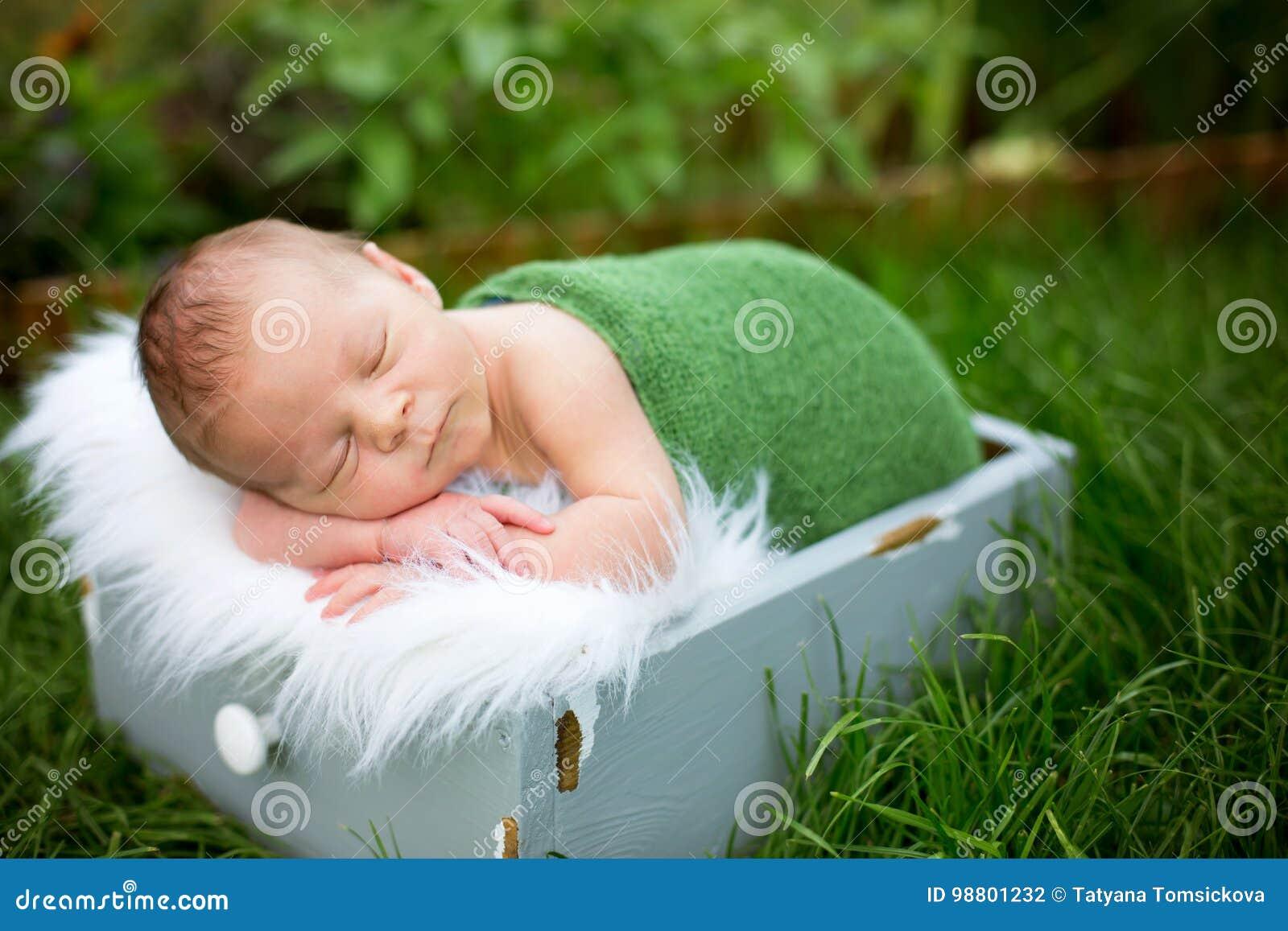 Petit bébé garçon nouveau-né doux, dormant dans la caisse avec l enveloppe et le h