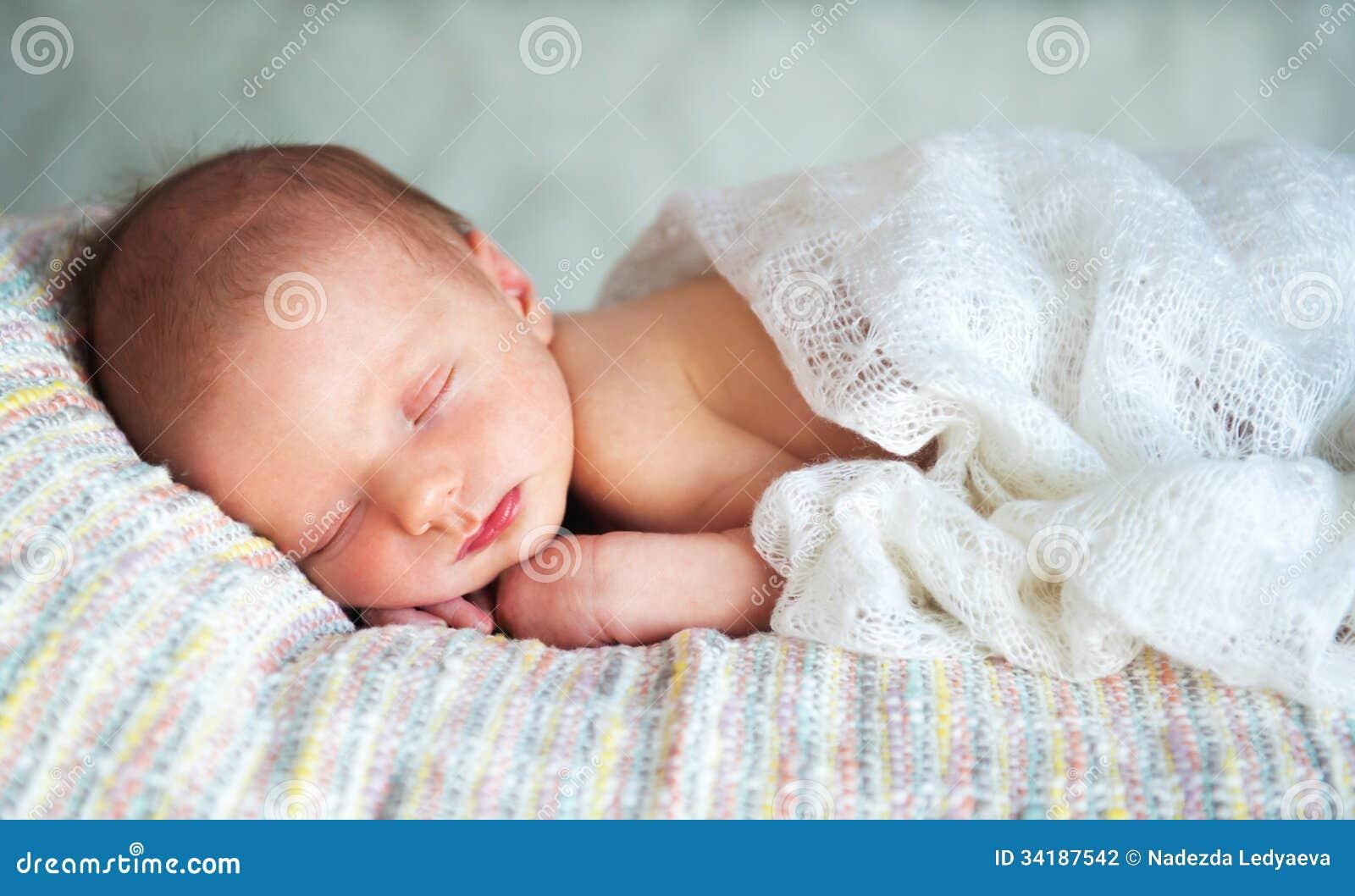 Petit b b gar on nouveau n 14 jours sommeils photo for Chambre de nouveau ne garcon