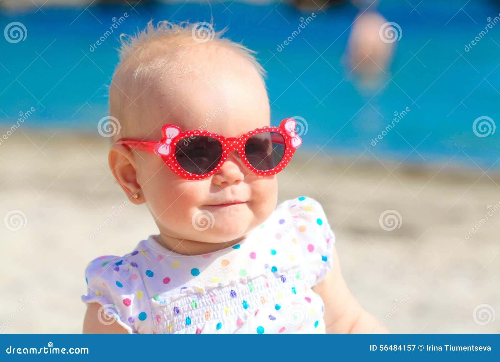 Petit bébé sur la plage tropicale de sable