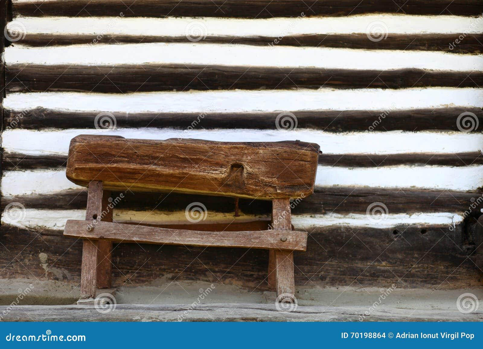 petit banc rustique en bois photo stock image du ray espace 70198864. Black Bedroom Furniture Sets. Home Design Ideas