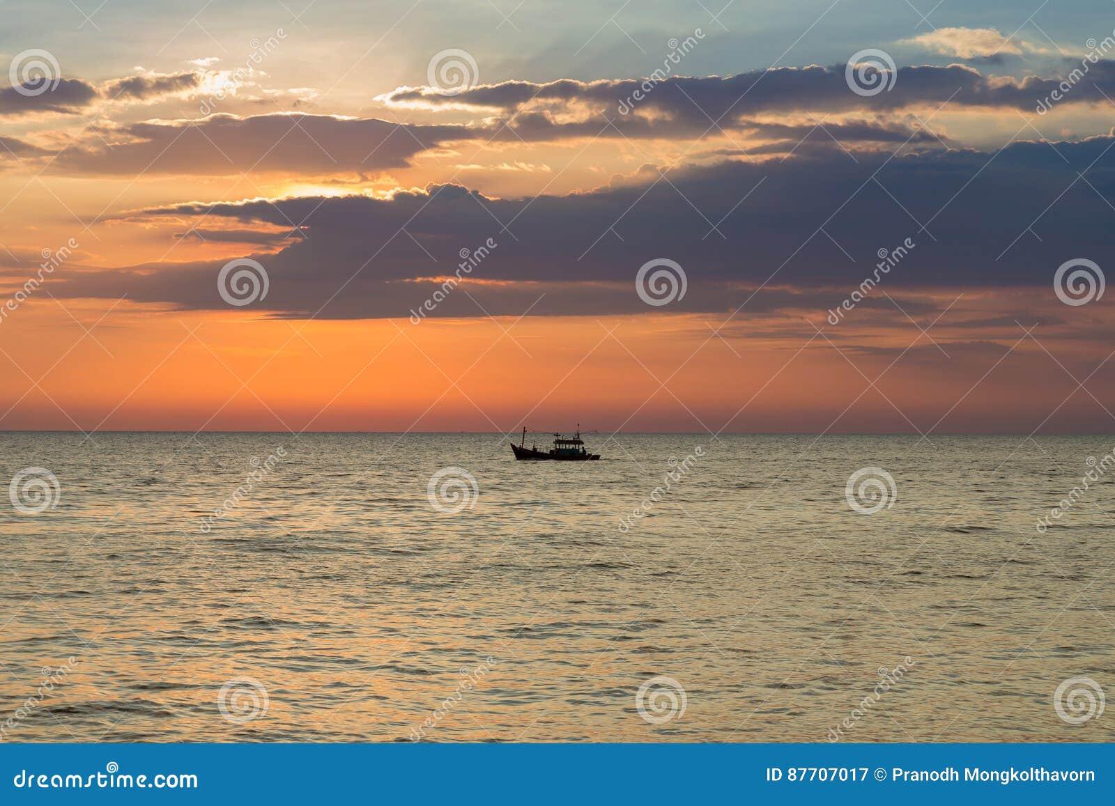 Petit bateau de pêche au-dessus de littoral