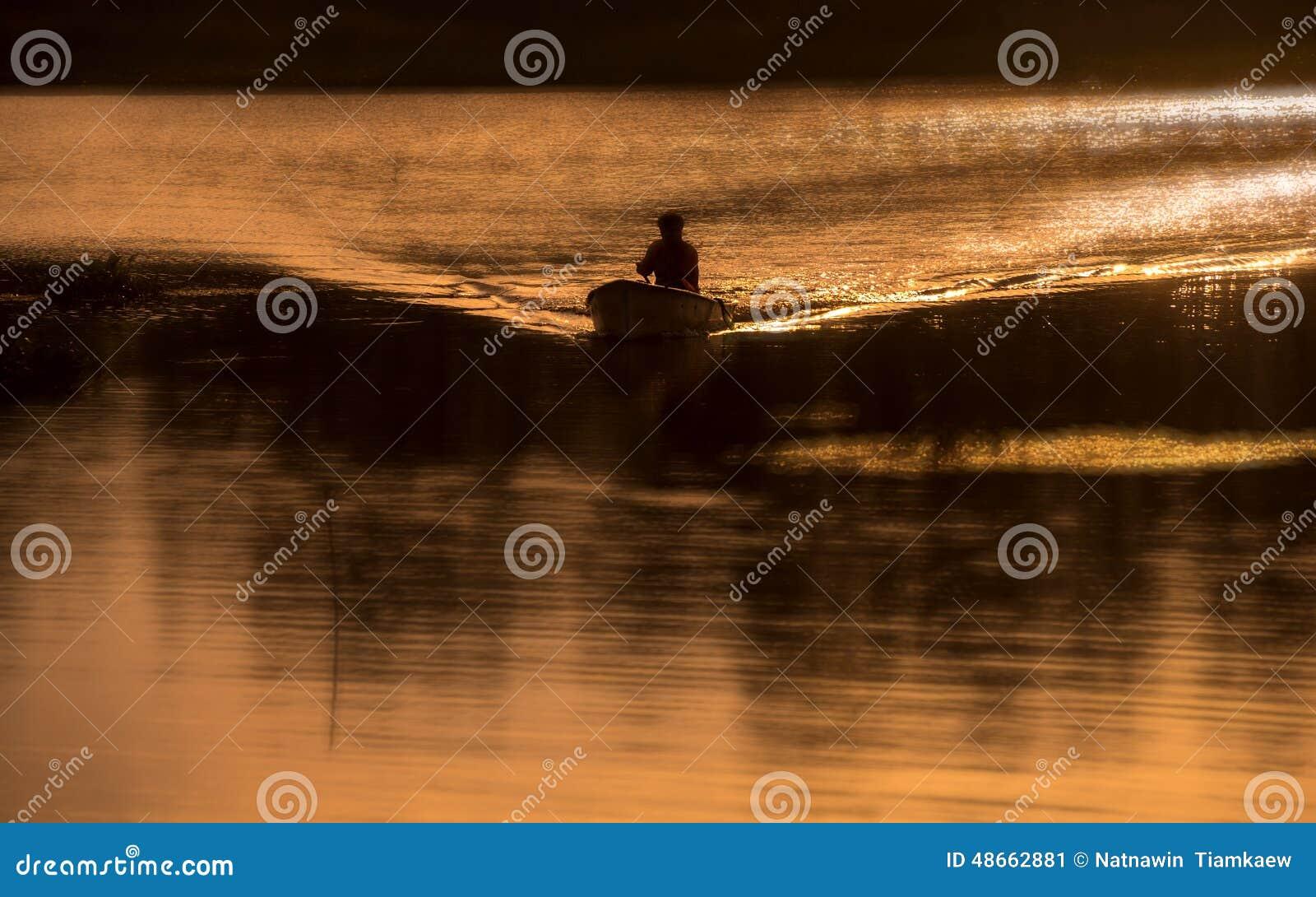 Petit bateau en grande mer