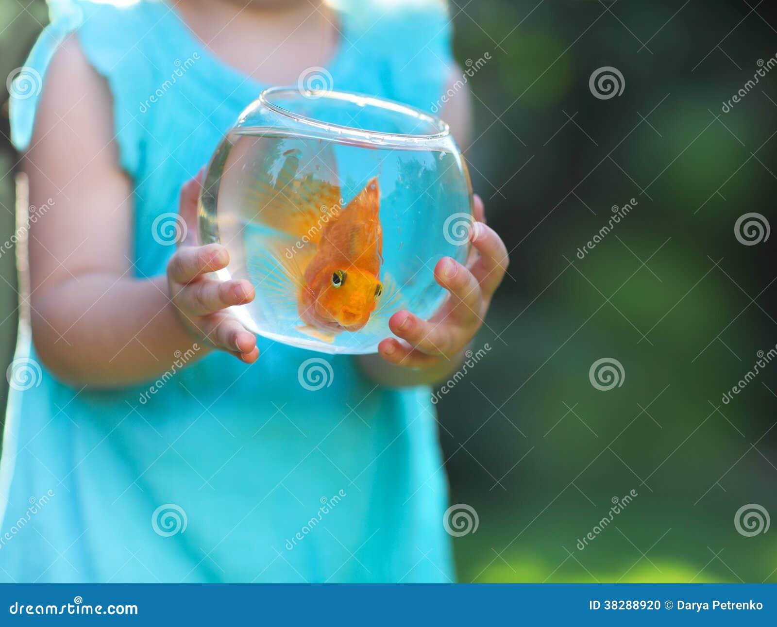 Petit b b tenant un bocal poissons avec un poisson for Bocal de poisson rouge