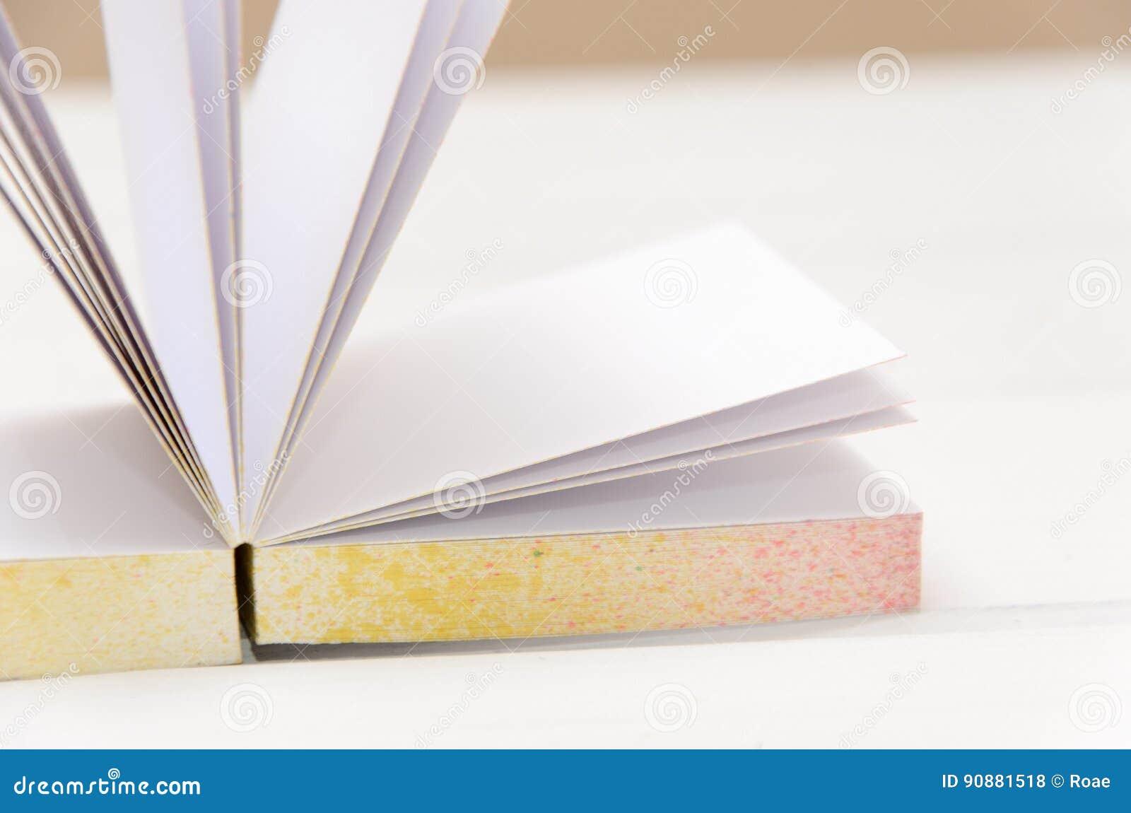 Petit Bloc Notes Sur Le Bureau Blanc Photo Stock Image Du Cahier