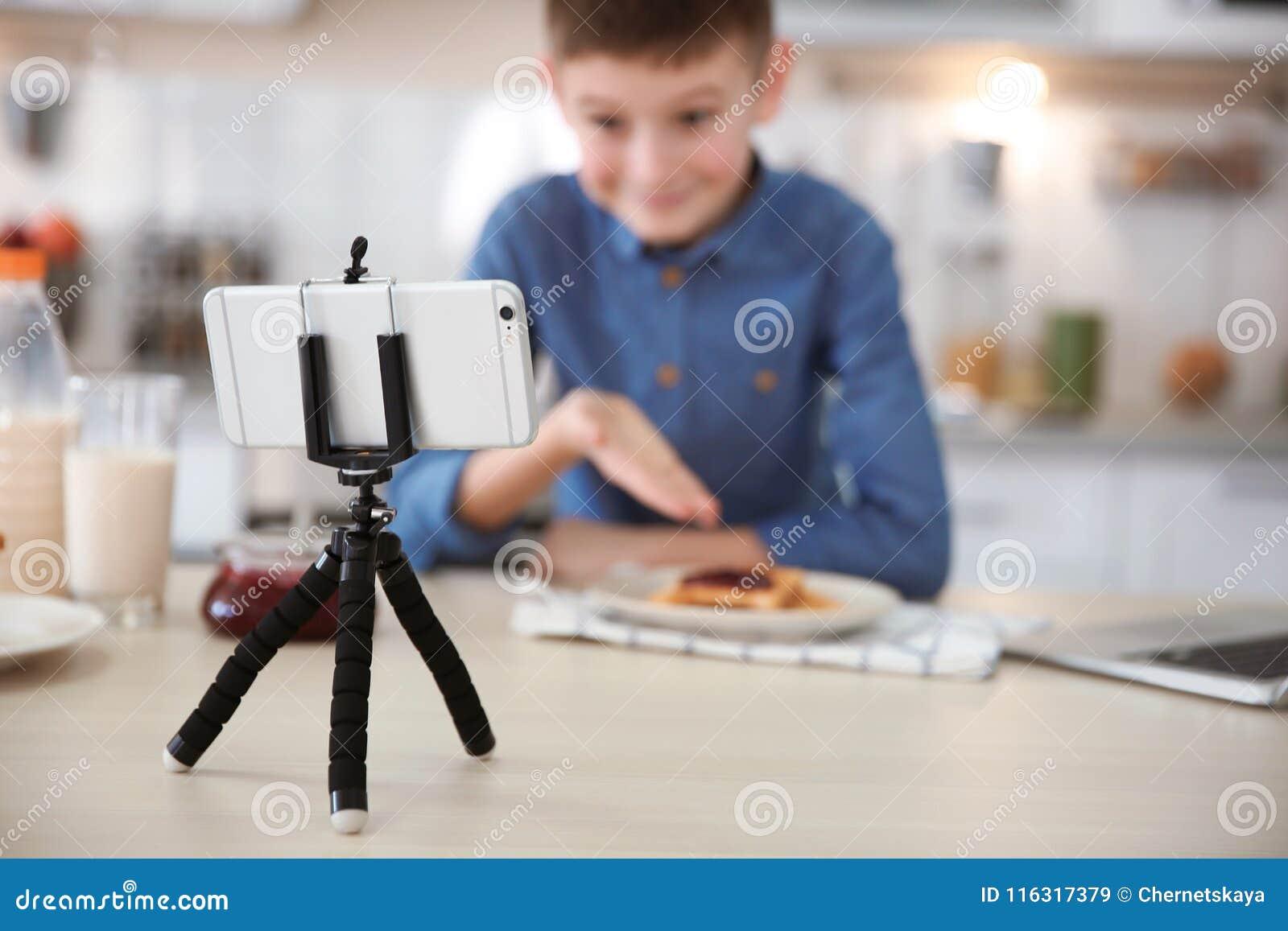 Petit blogger mignon avec la vidéo d enregistrement de nourriture