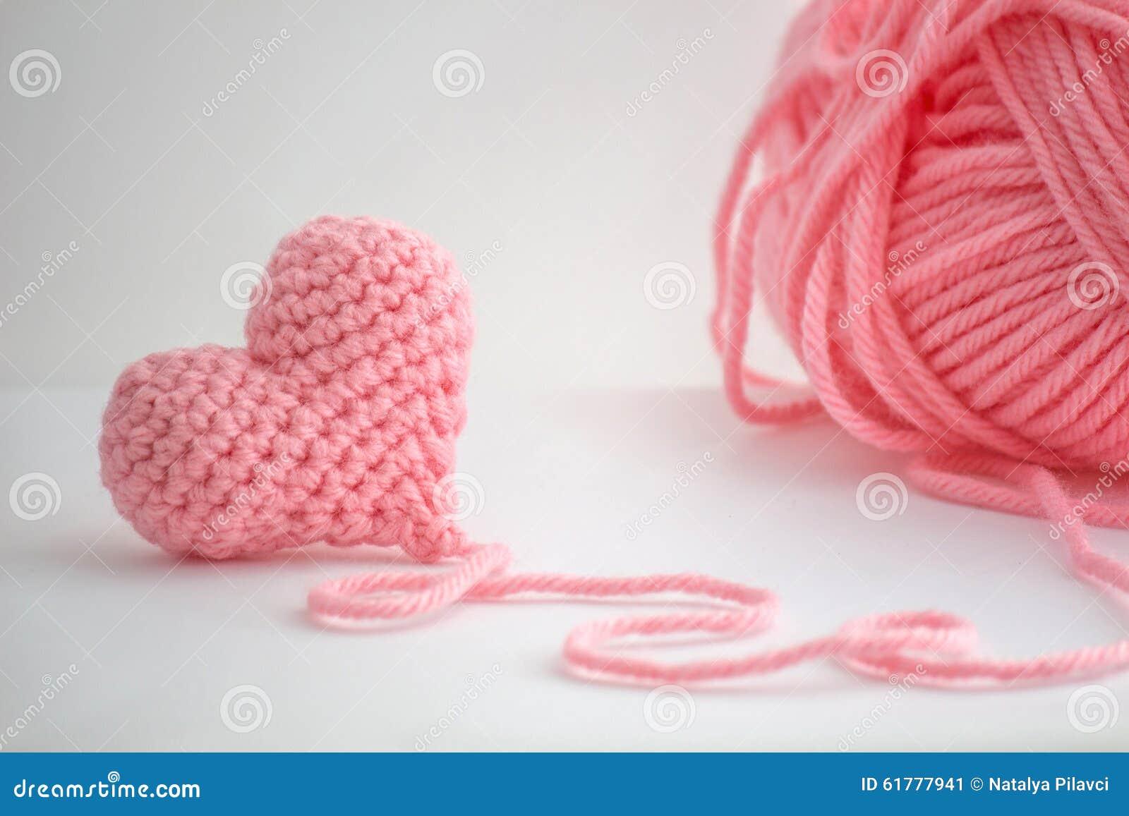 Petit coeur à crochet adorable et un écheveau de fil