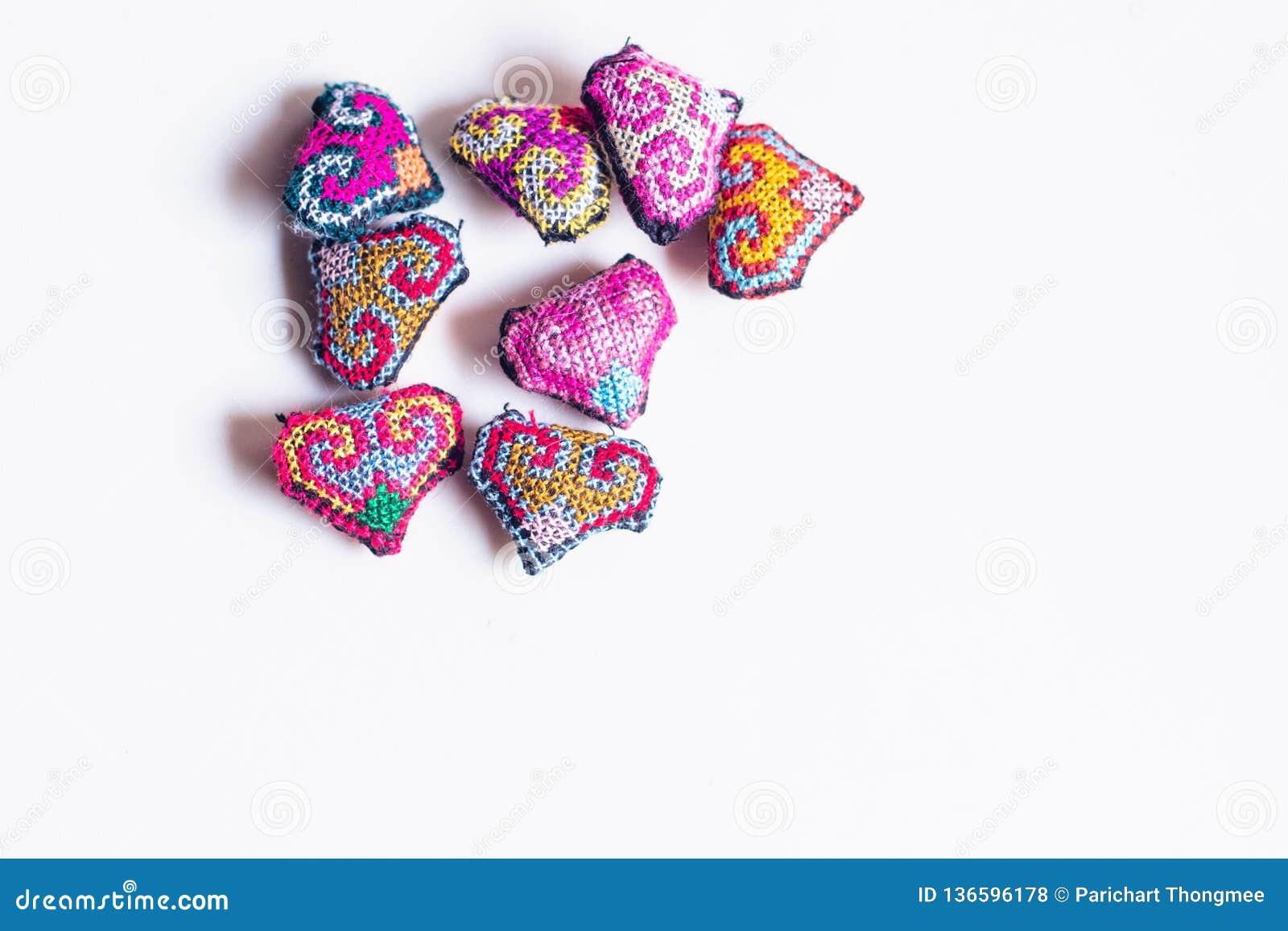 Petit coeur adorable fait du crochet à la main Fait avec un fil d un fil encombrant épais de laine style tribal coloré symbolique