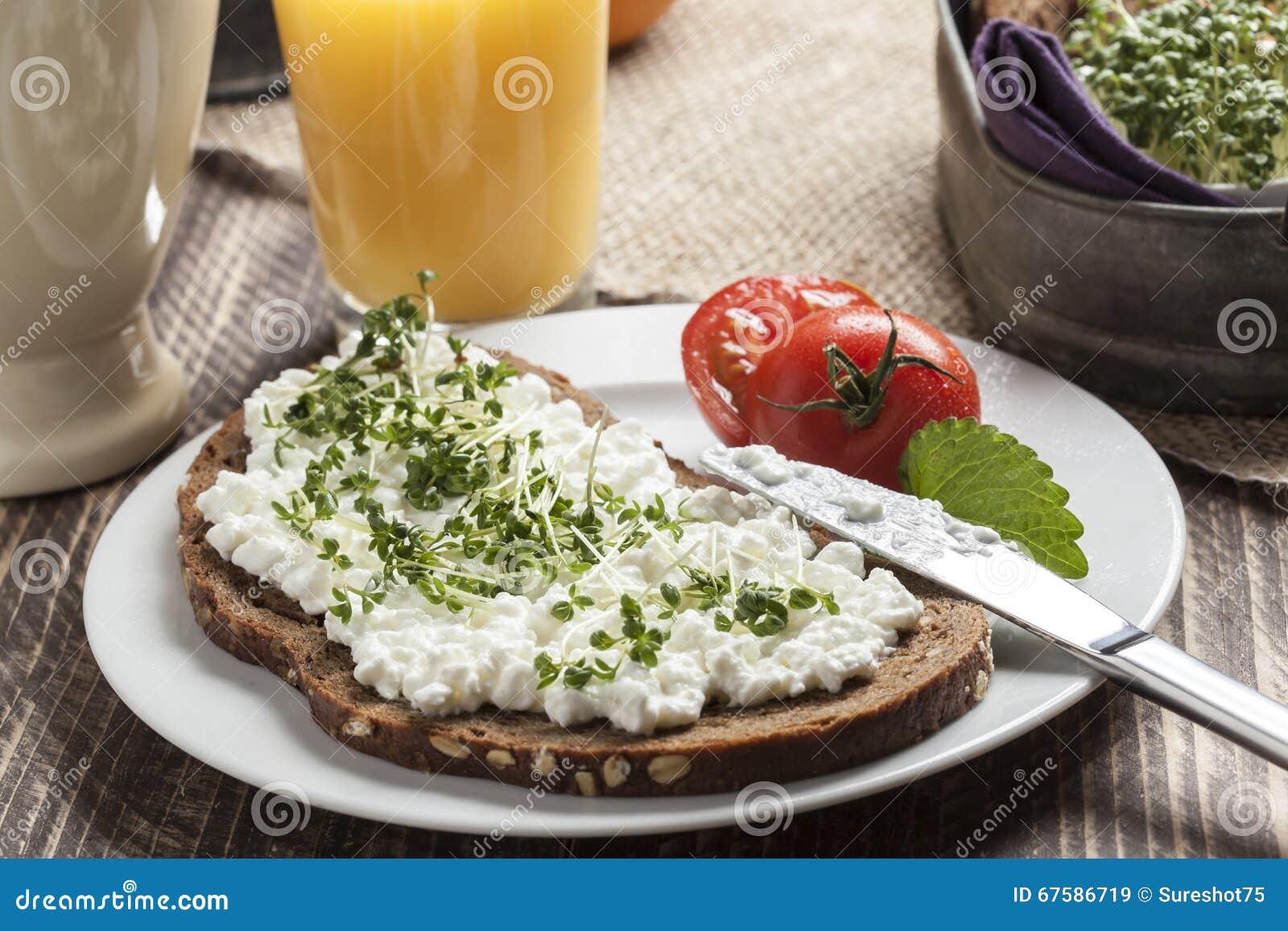 Petit déjeuner à faible teneur en matière grasse d été sain de ressort