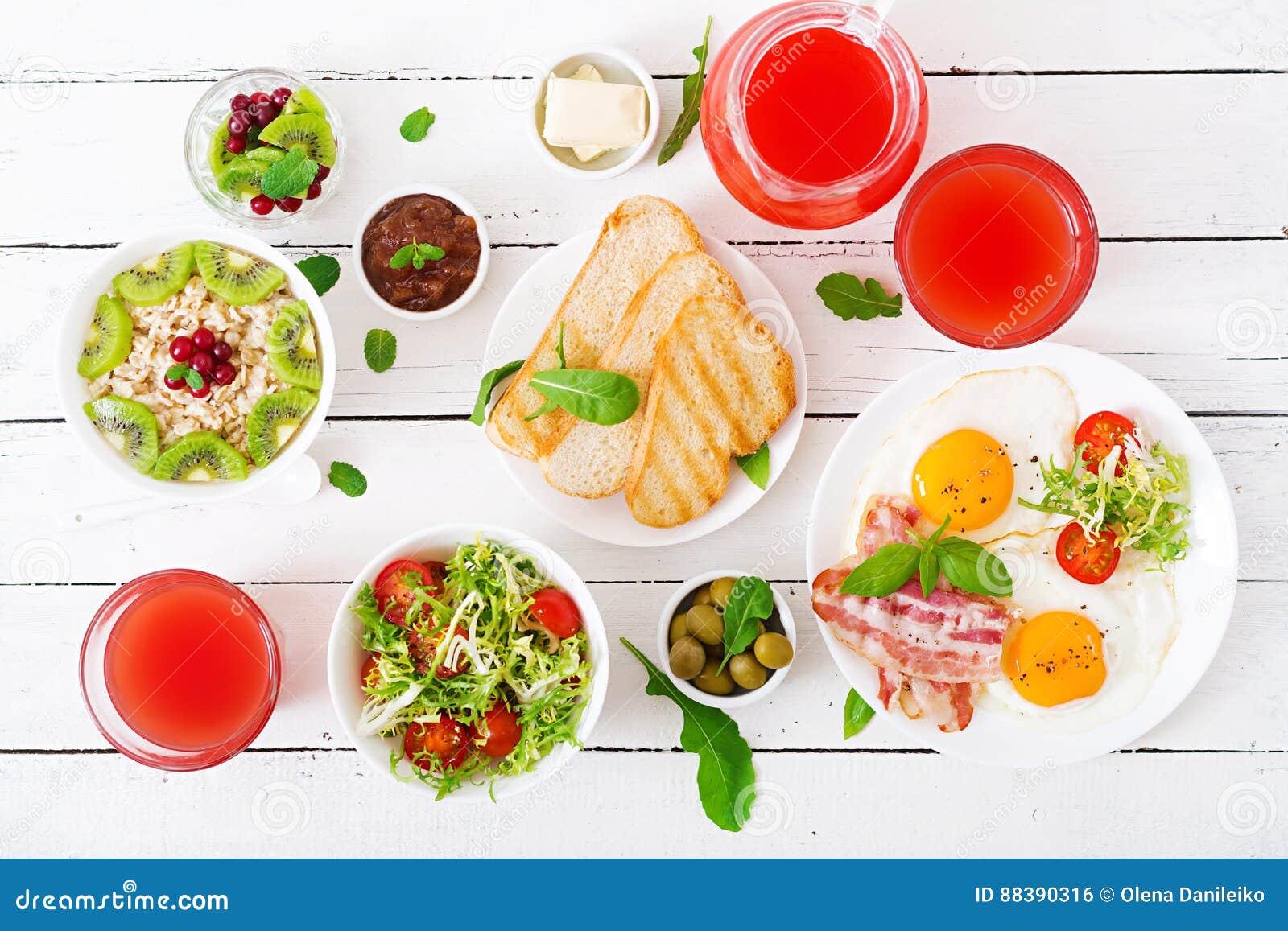 Petit déjeuner anglais - oeuf au plat, tomates et lard Déjeuner pour deux oatmeal