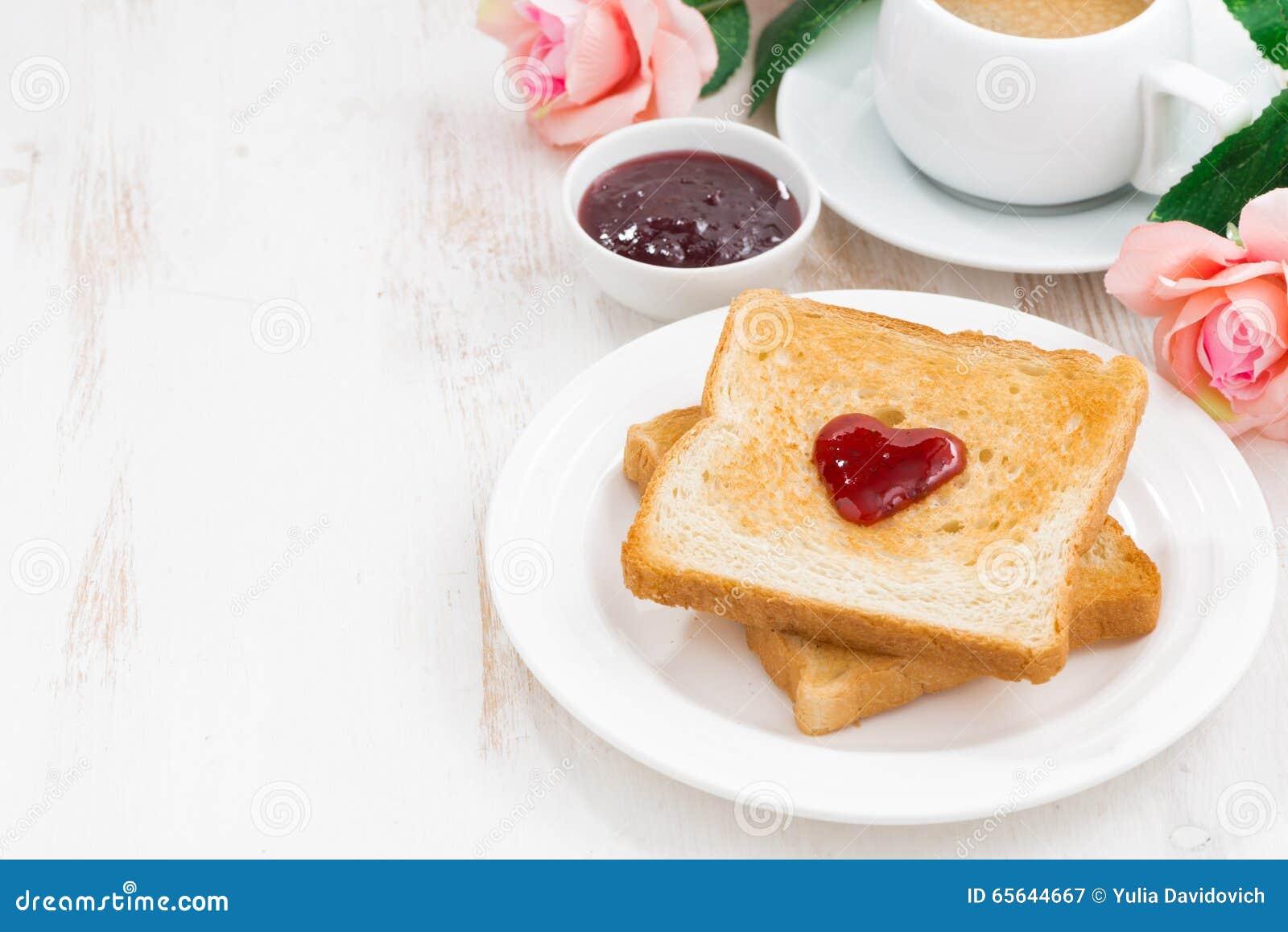 Petit déjeuner avec du pain grillé et l expresso pour la Saint-Valentin
