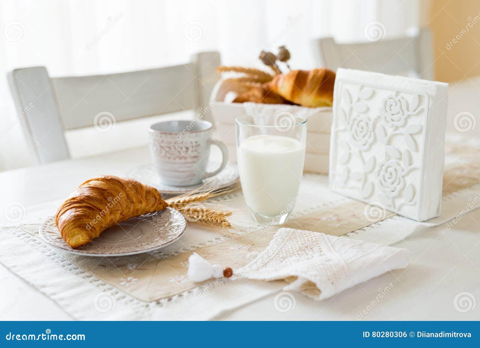 Petit déjeuner avec les croissants fraîchement cuits au four