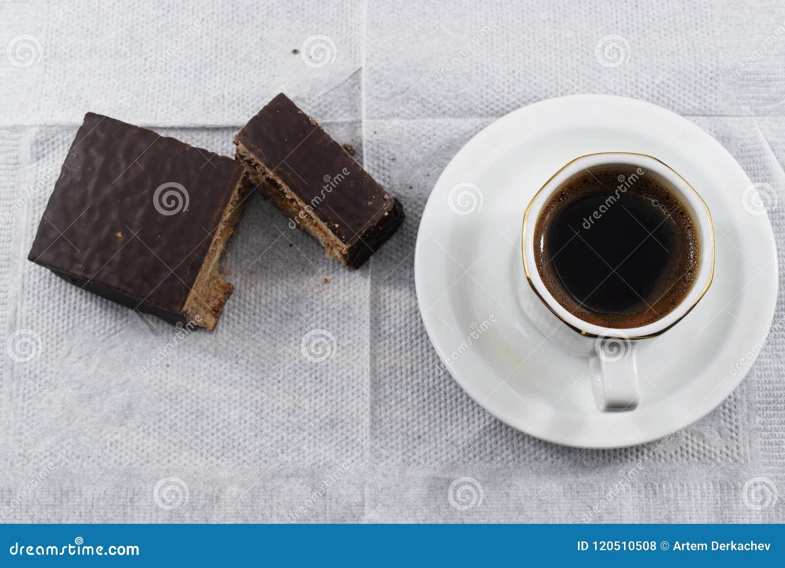 Petit déjeuner, café et gâteaux aux pépites de chocolat de matin