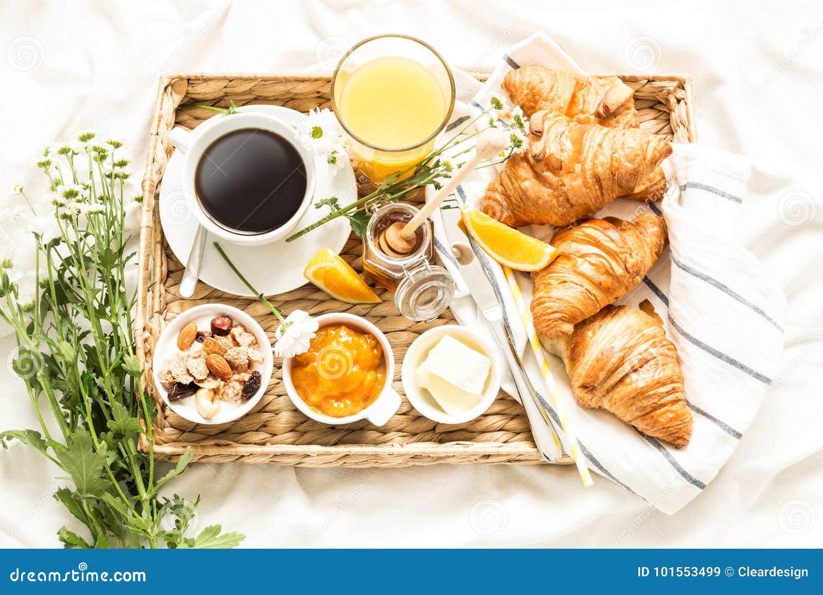 Petit Déjeuner Continental Sur Les Draps Blancs