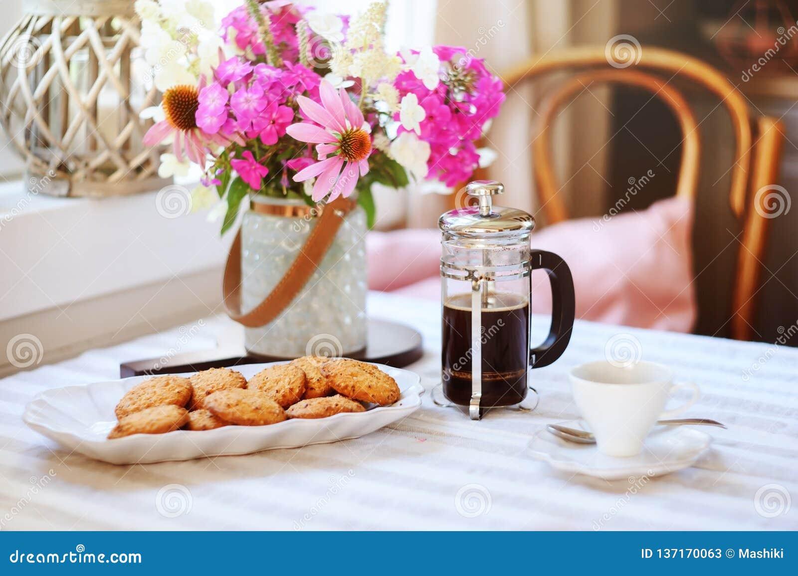 Petit déjeuner d été dans la maison de campagne confortable Tableau avec le bouquet des fleurs de propre jardin, presse française