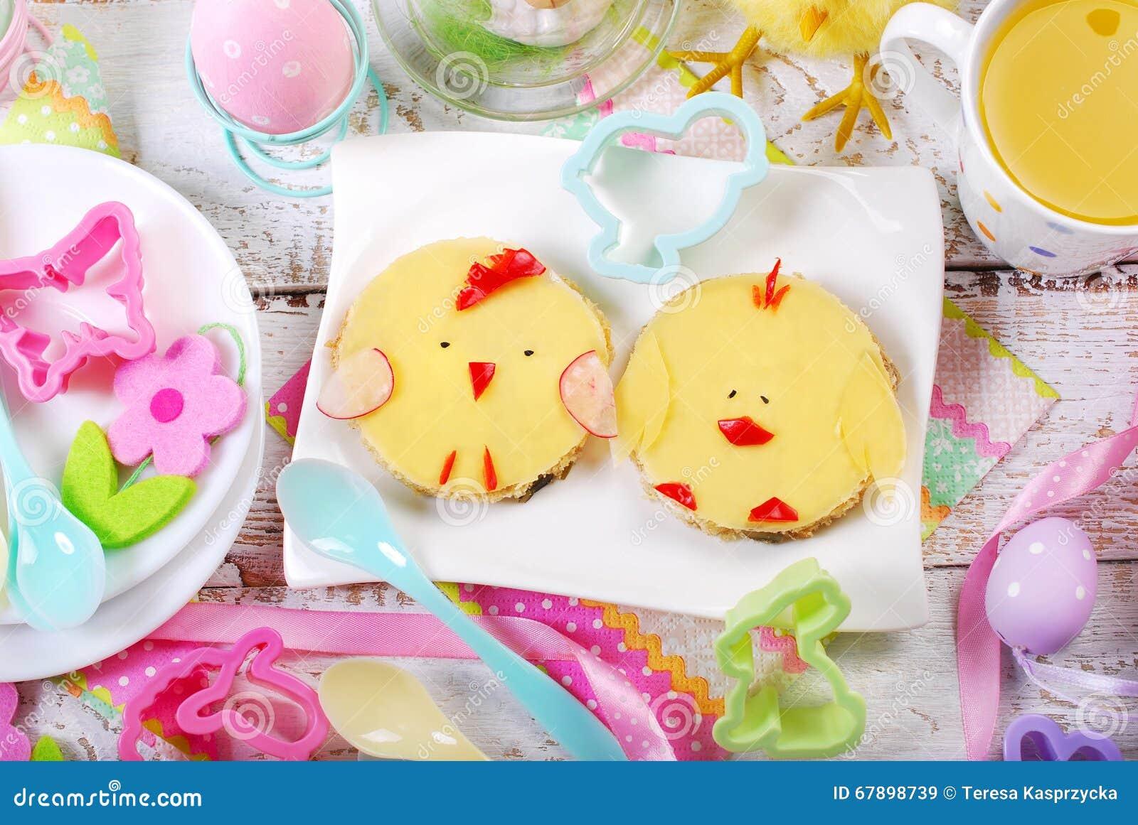 Petit déjeuner de Pâques pour des enfants avec les sandwichs drôles