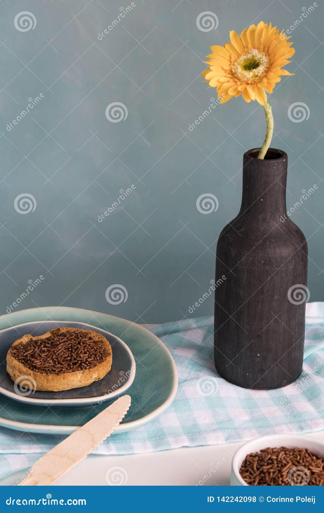 Petit déjeuner néerlandais avec la grêle de biscotte et de chocolat