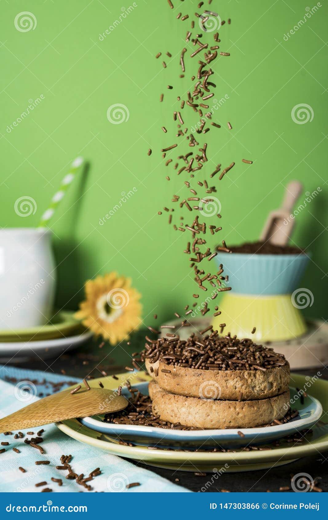 Petit déjeuner néerlandais avec le hagelslag de grêle de biscotte et de chocolat, sur le fond vert