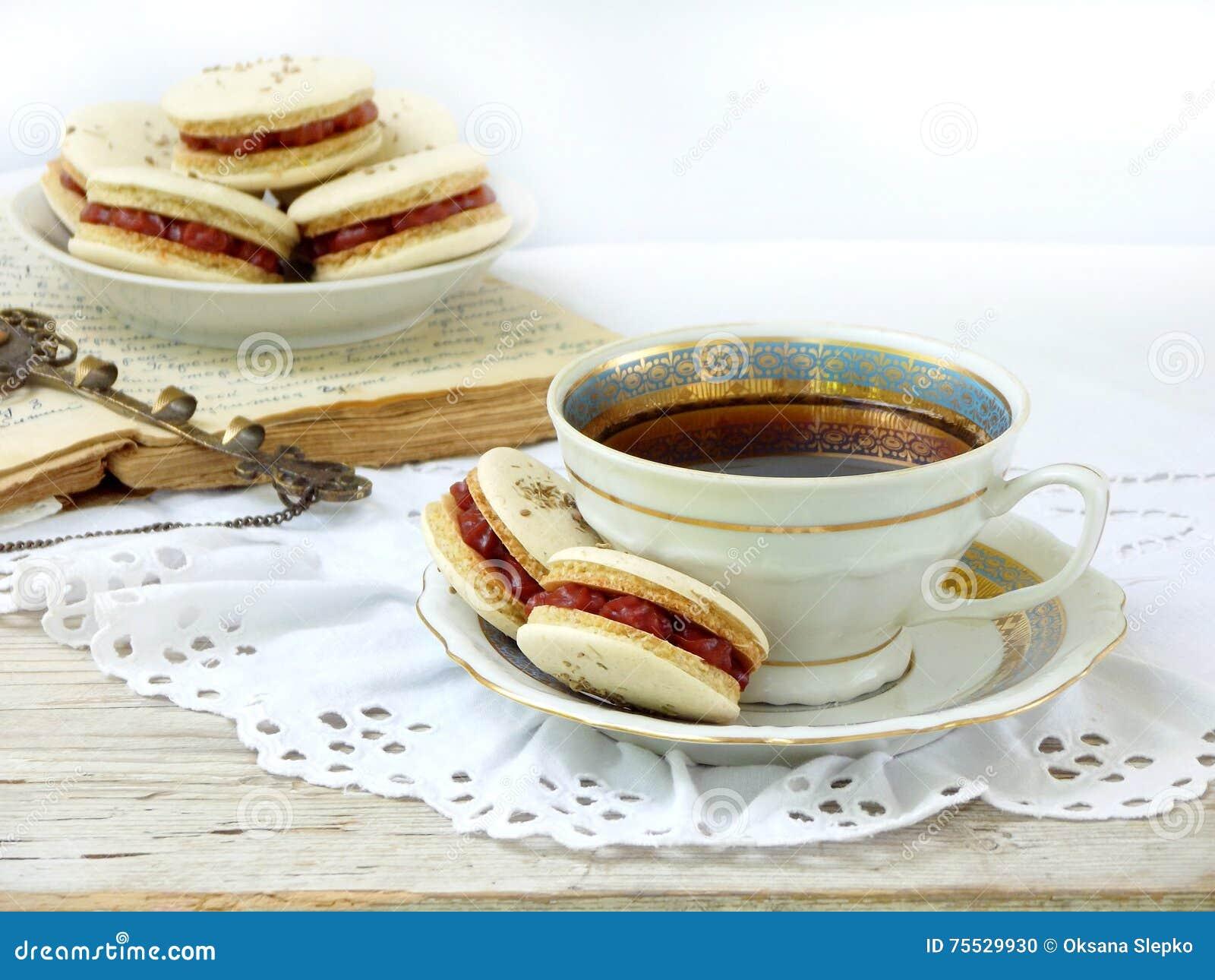 petit d jeuner romantique avec la tasse du caf d 39 expresso et du dessert fran ais de macarons. Black Bedroom Furniture Sets. Home Design Ideas