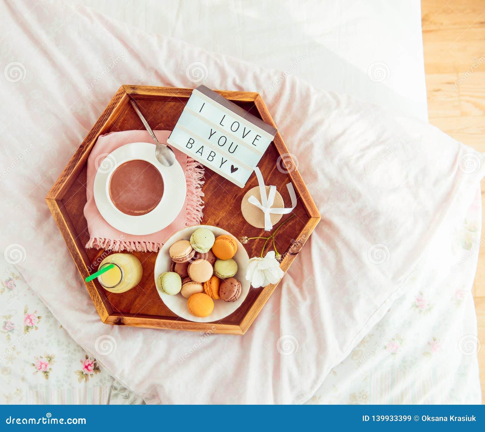 Petit Déjeuner Romantique Dans Le Lit Avec Je Taime Le