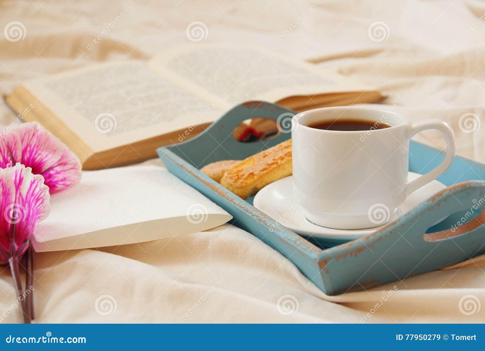 Petit Déjeuner Romantique Dans Le Lit Et Note Vide Pour
