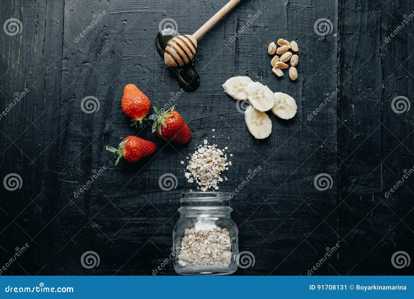 Petit déjeuner sain de composition plate en configuration : Farine d avoine, fraise, chéri