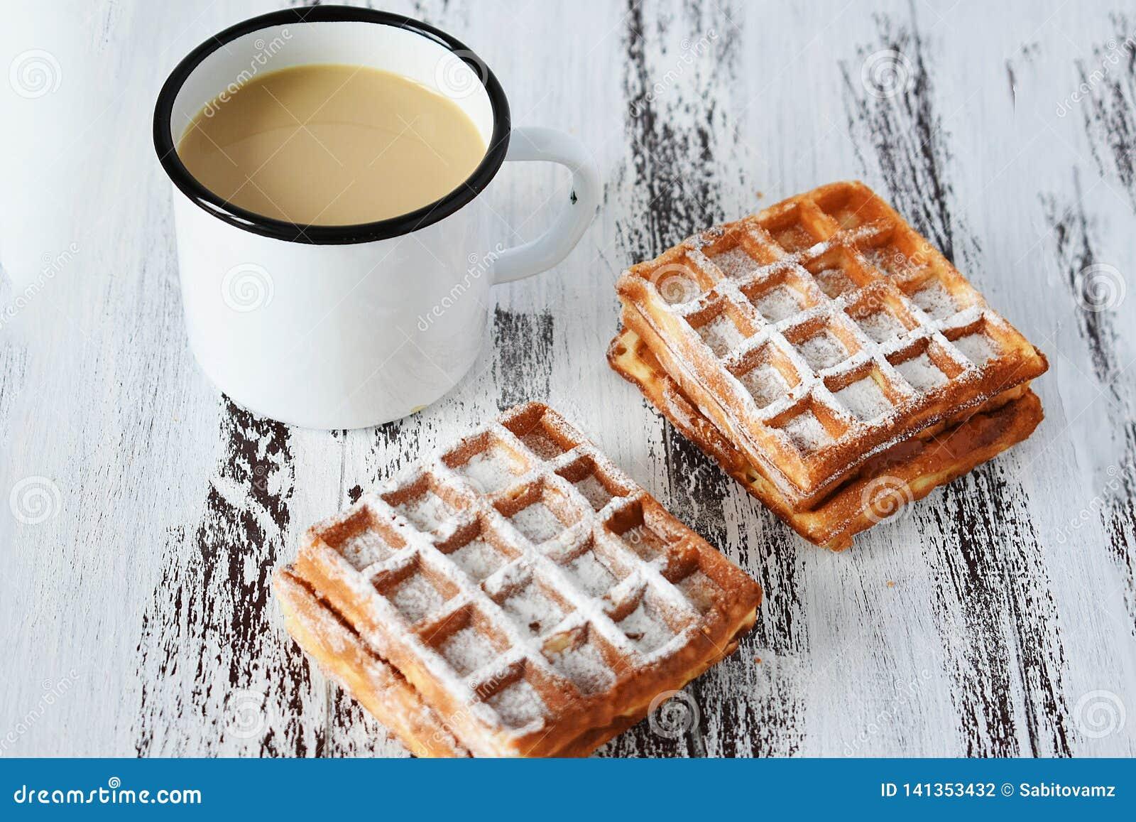 Petit déjeuner savoureux, gaufres viennoises fraîches délicieuses et tasse de café sur le fond en bois