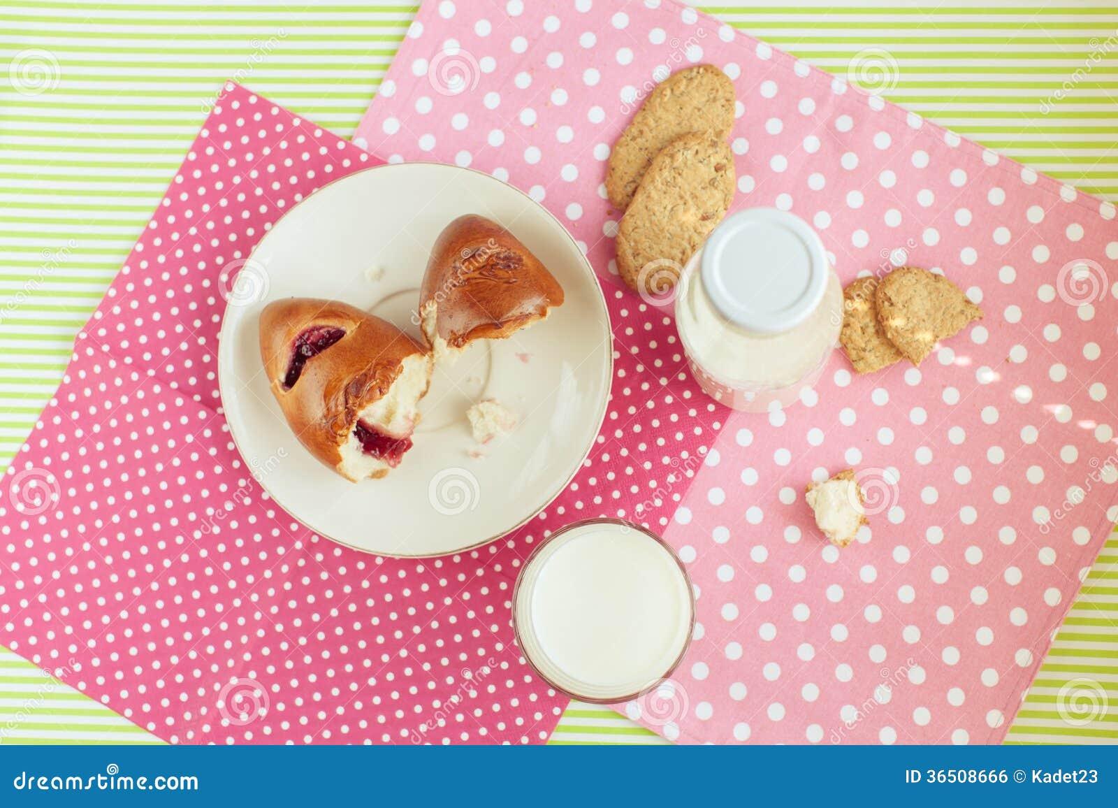 Petit déjeuner savoureux : lait et biscuits