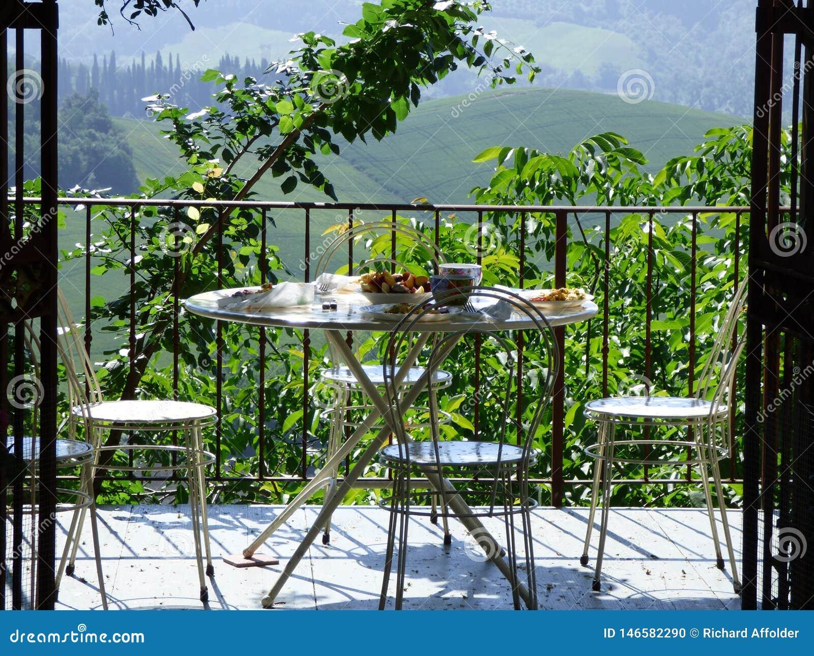 Petit déjeuner sur le patio donnant sur le paysage toscan