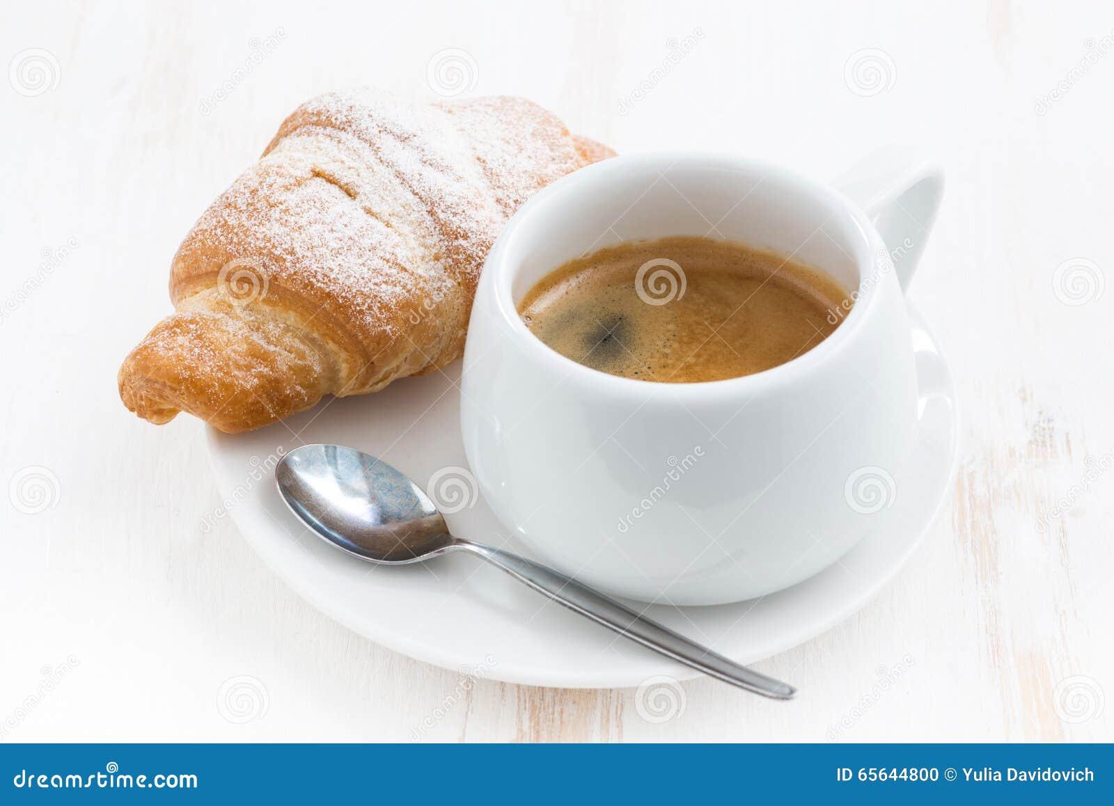 Petit déjeuner traditionnel avec du café et les croissants frais, plan rapproché