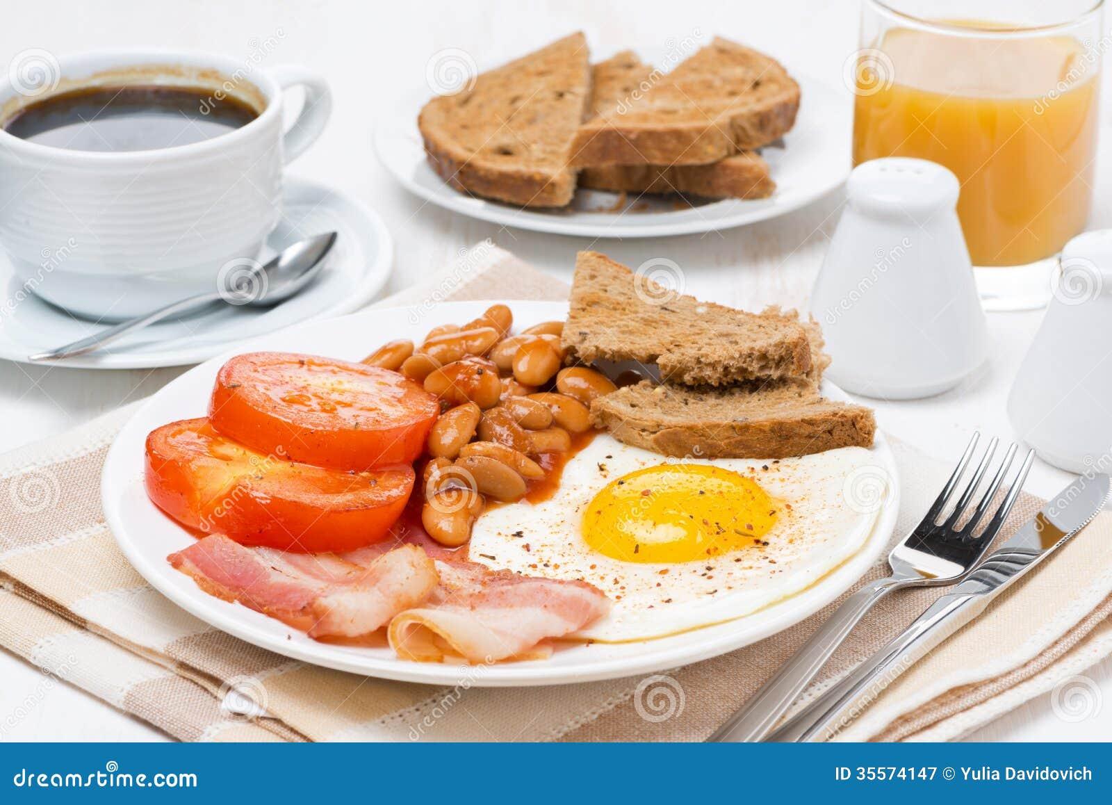 Petit d jeuner anglais traditionnel avec les oeufs au plat le lard et les ha - Objet typique anglais ...