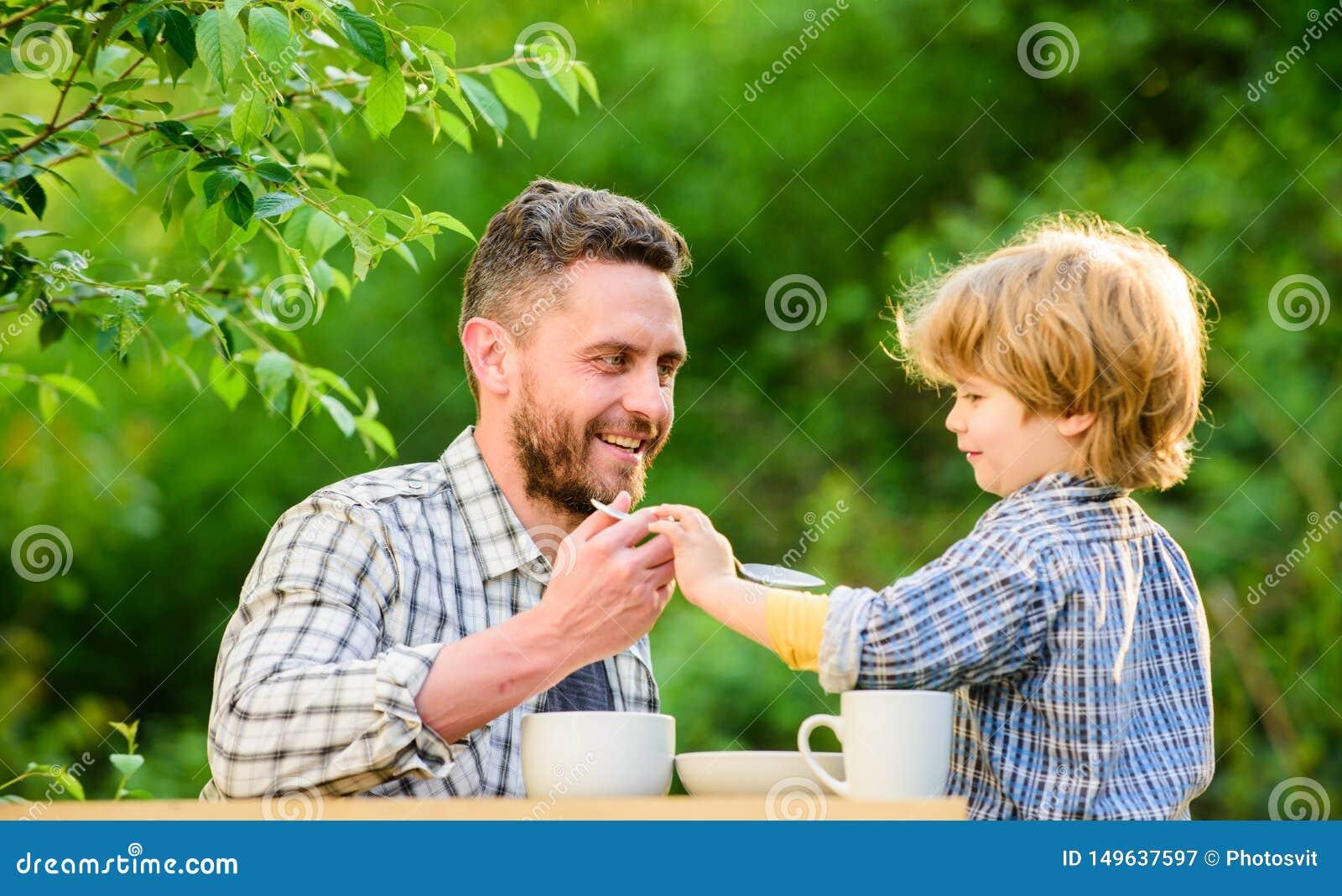 Petit enfant de gar?on avec le papa le p?re et le fils mangent ext?rieur ils aiment manger ensemble Nourriture saine de petit d?j