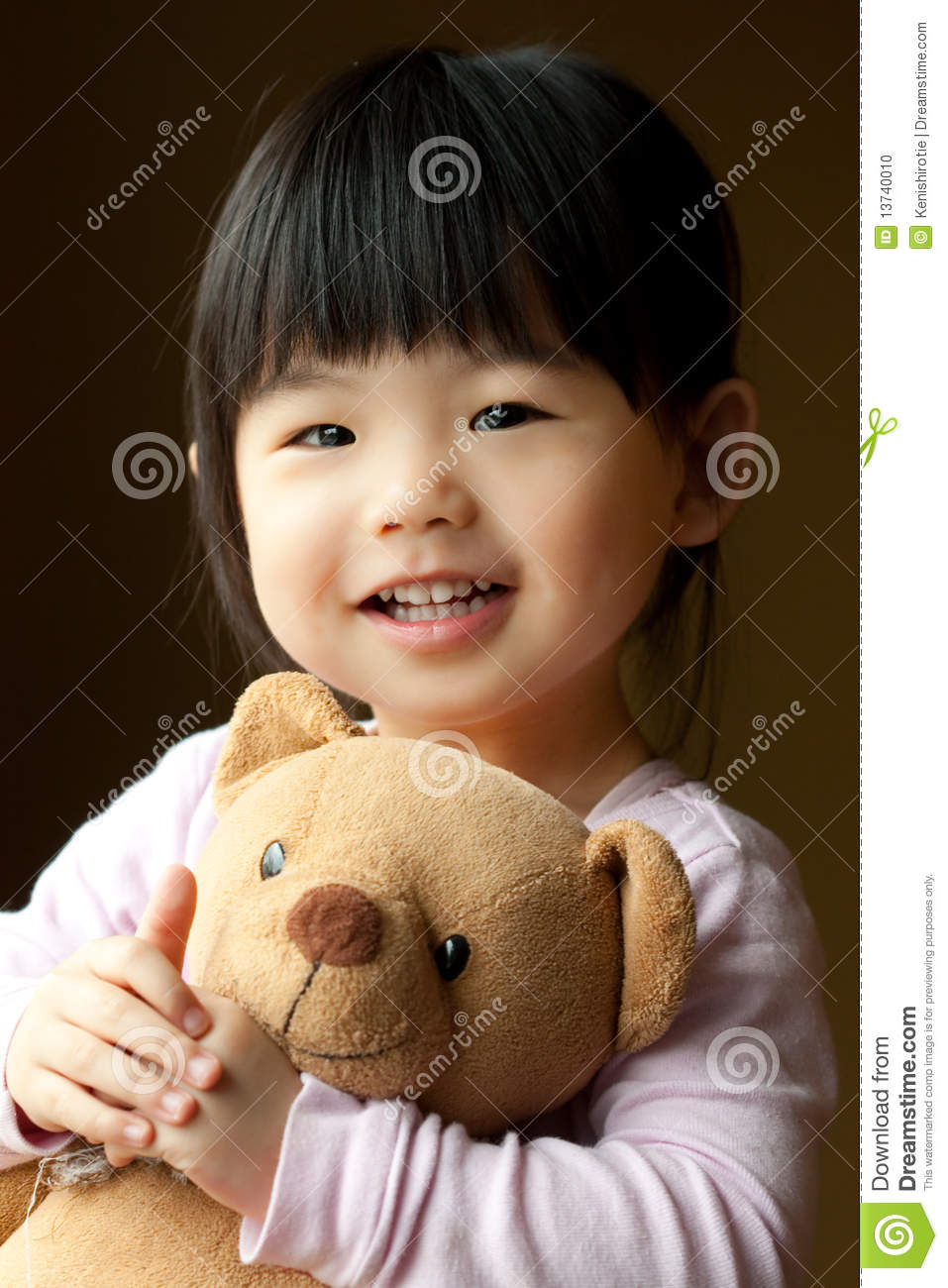 petit enfant de sourire avec un ours de nounours photo stock image 13740010. Black Bedroom Furniture Sets. Home Design Ideas