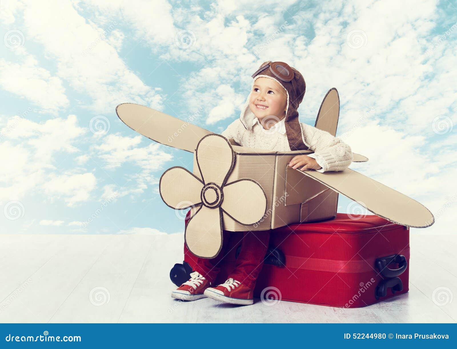 Petit enfant jouant le pilote d avion, vol de voyageur d enfant dans Avia