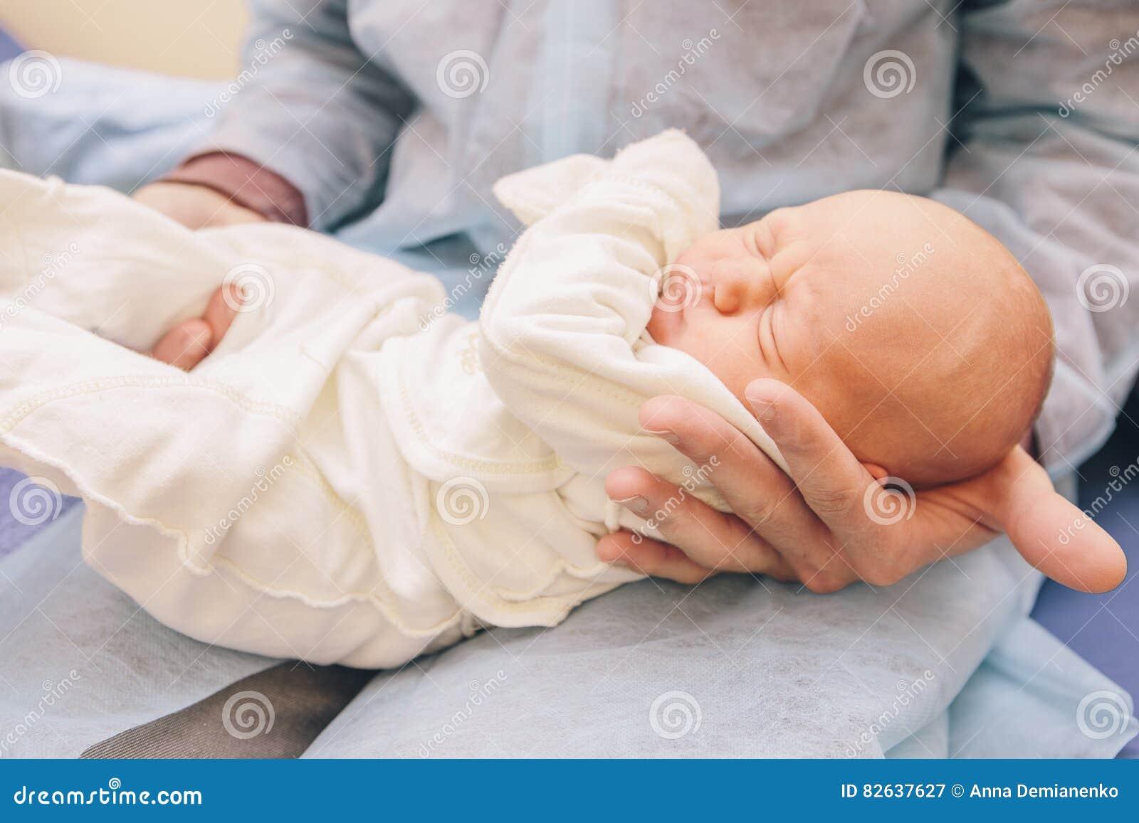 Petit enfant nouveau-né infantile dans l hôpital de maternité sur ses pères