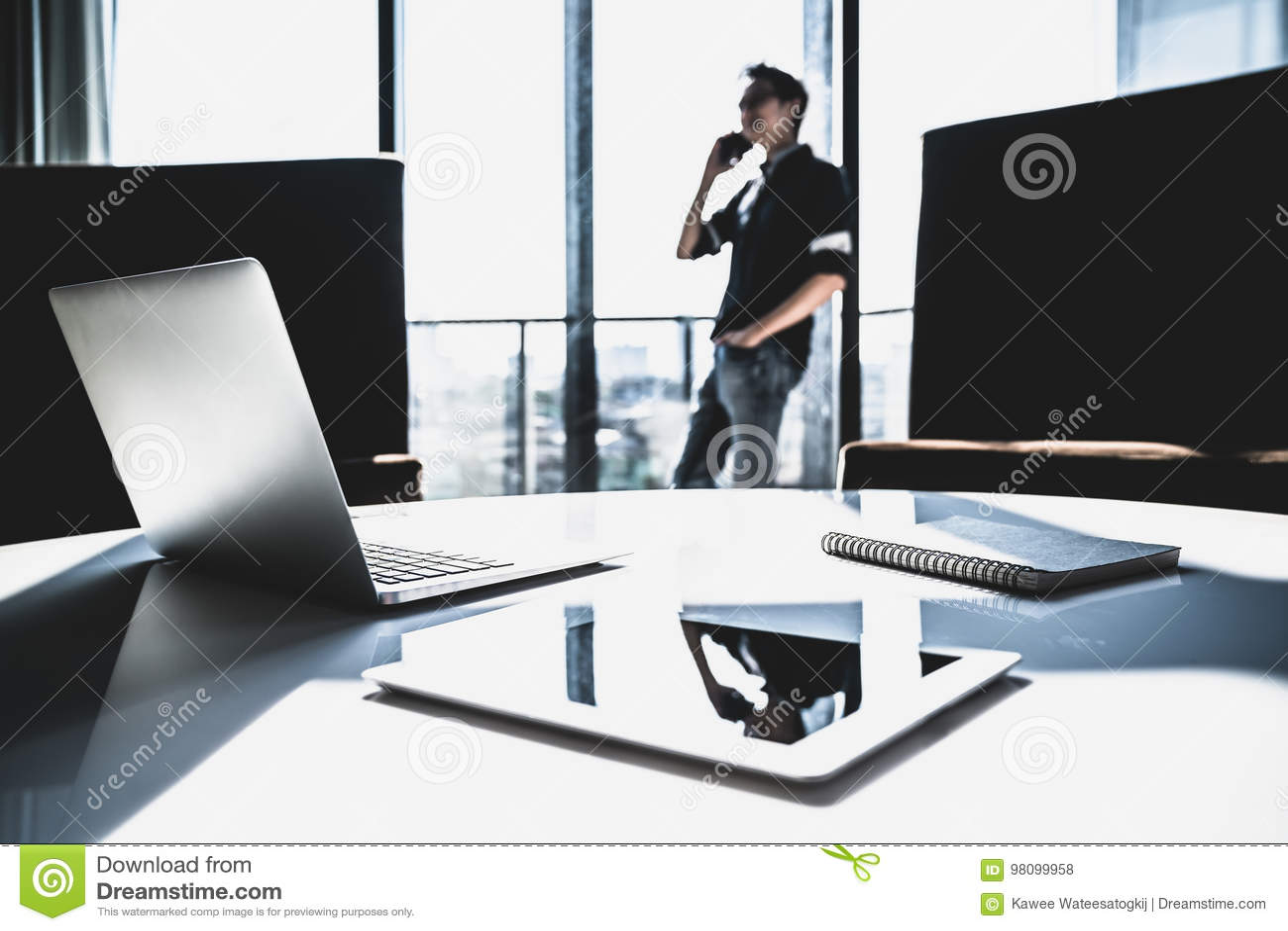 Petit entrepreneur asiatique masculin employant lappel téléphonique