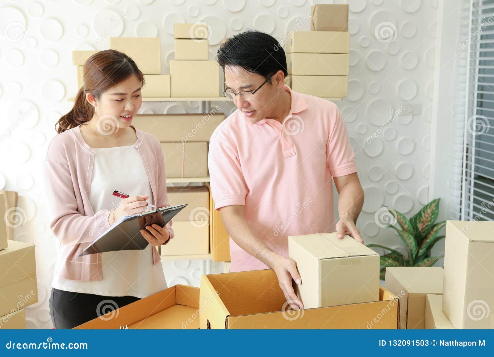 Petit entrepreneur de démarrage à la maison vendeur indépendant de couples