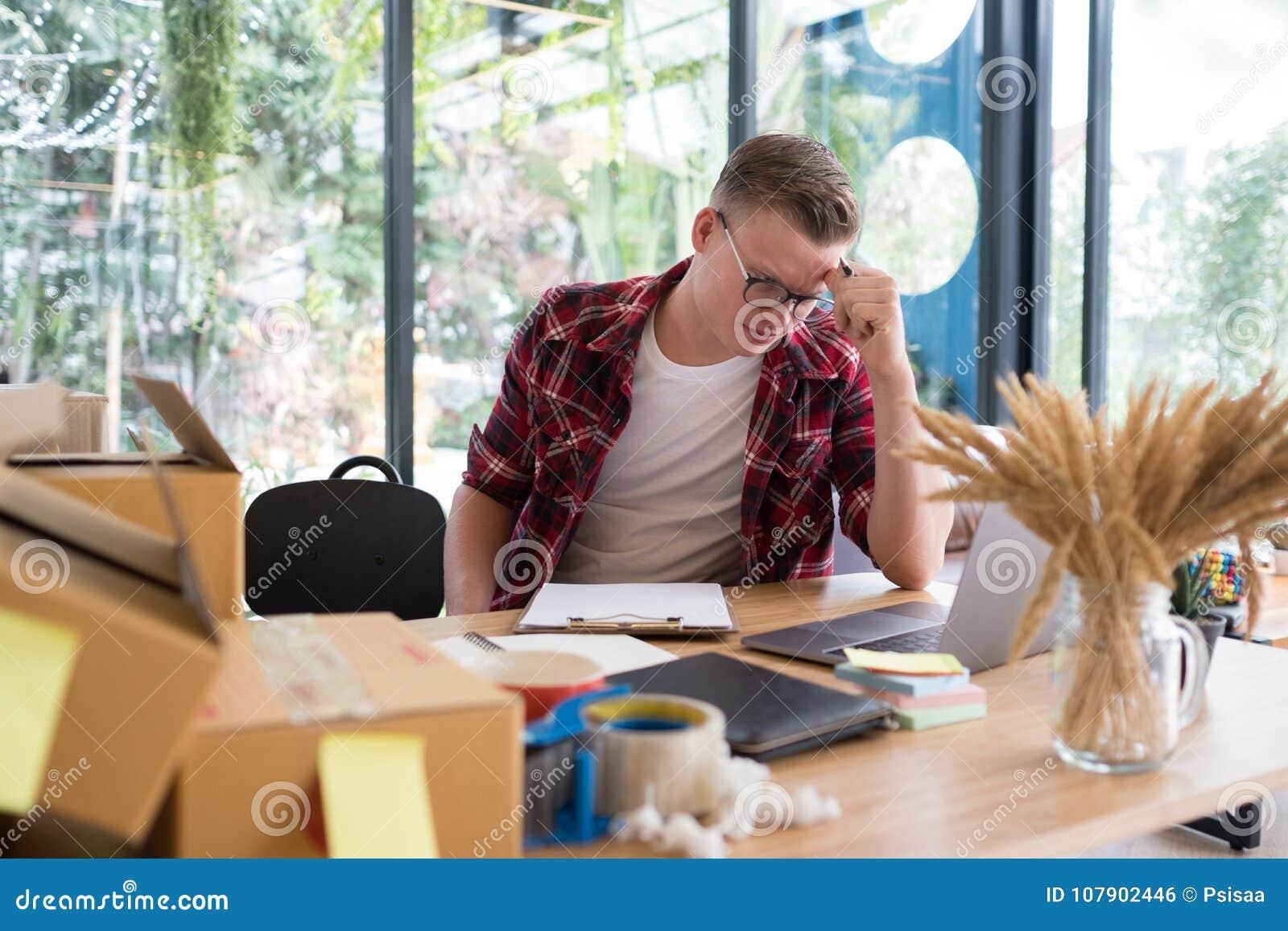 Petit entrepreneur de démarrage frustrant travaillant sur le lieu de travail St