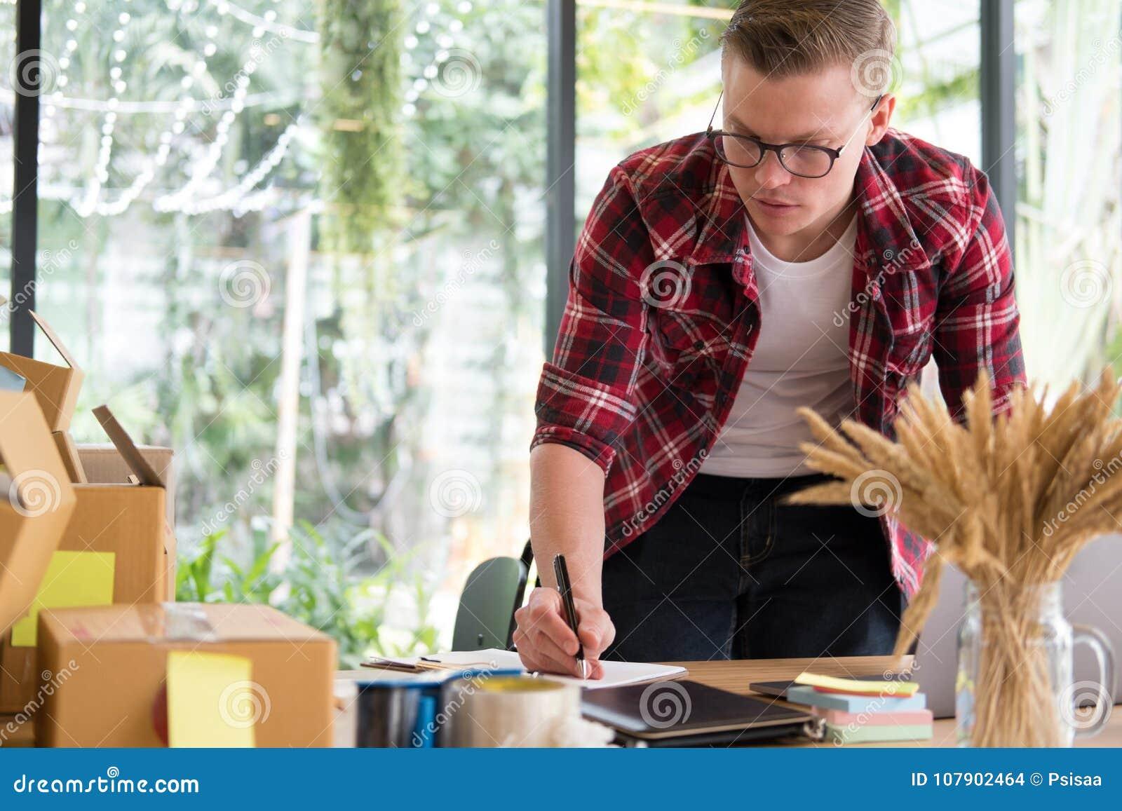 Petit entrepreneur de démarrage travaillant sur le lieu de travail homme indépendant