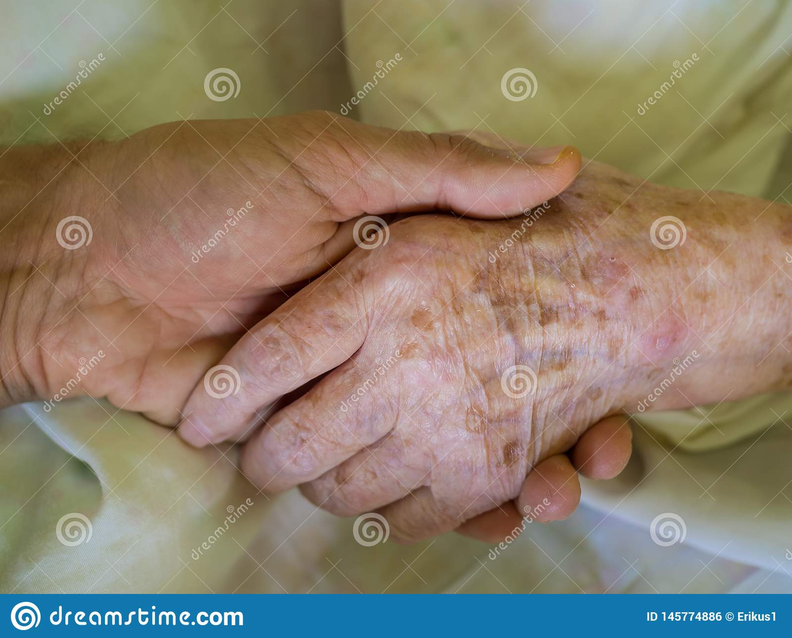 Petit-fils tenant la main de sa grand-mère dans l hôpital