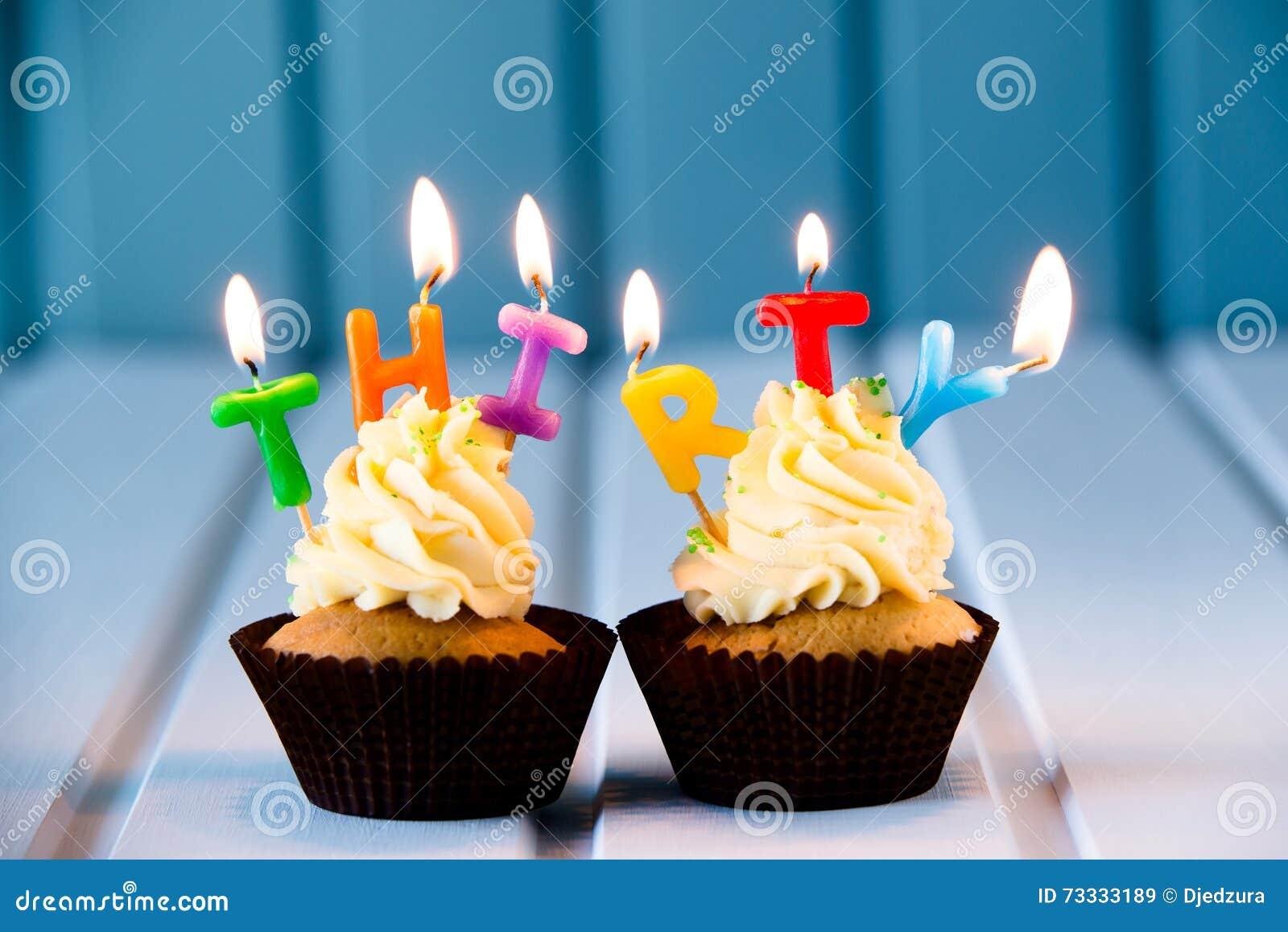 Petit Gâteau Avec Des Bougies Pour 30 Trentième Anniversaire Image