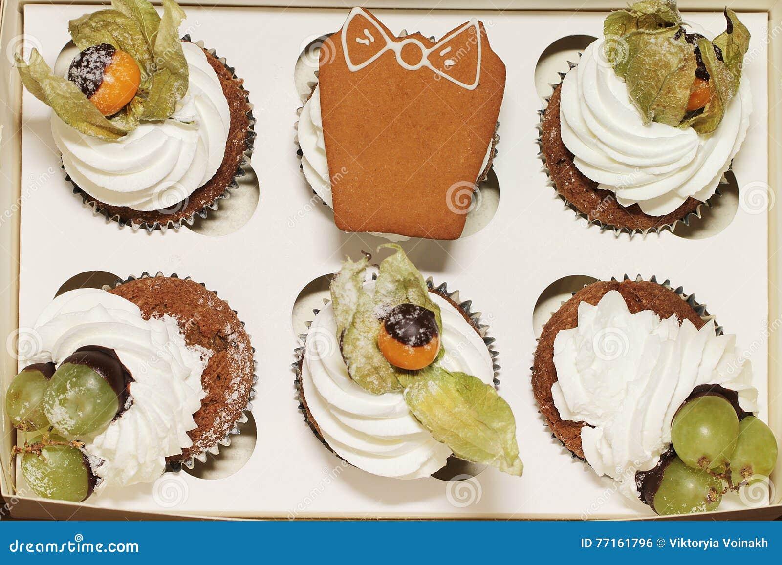 Petit gâteau avec le coqueret comestible