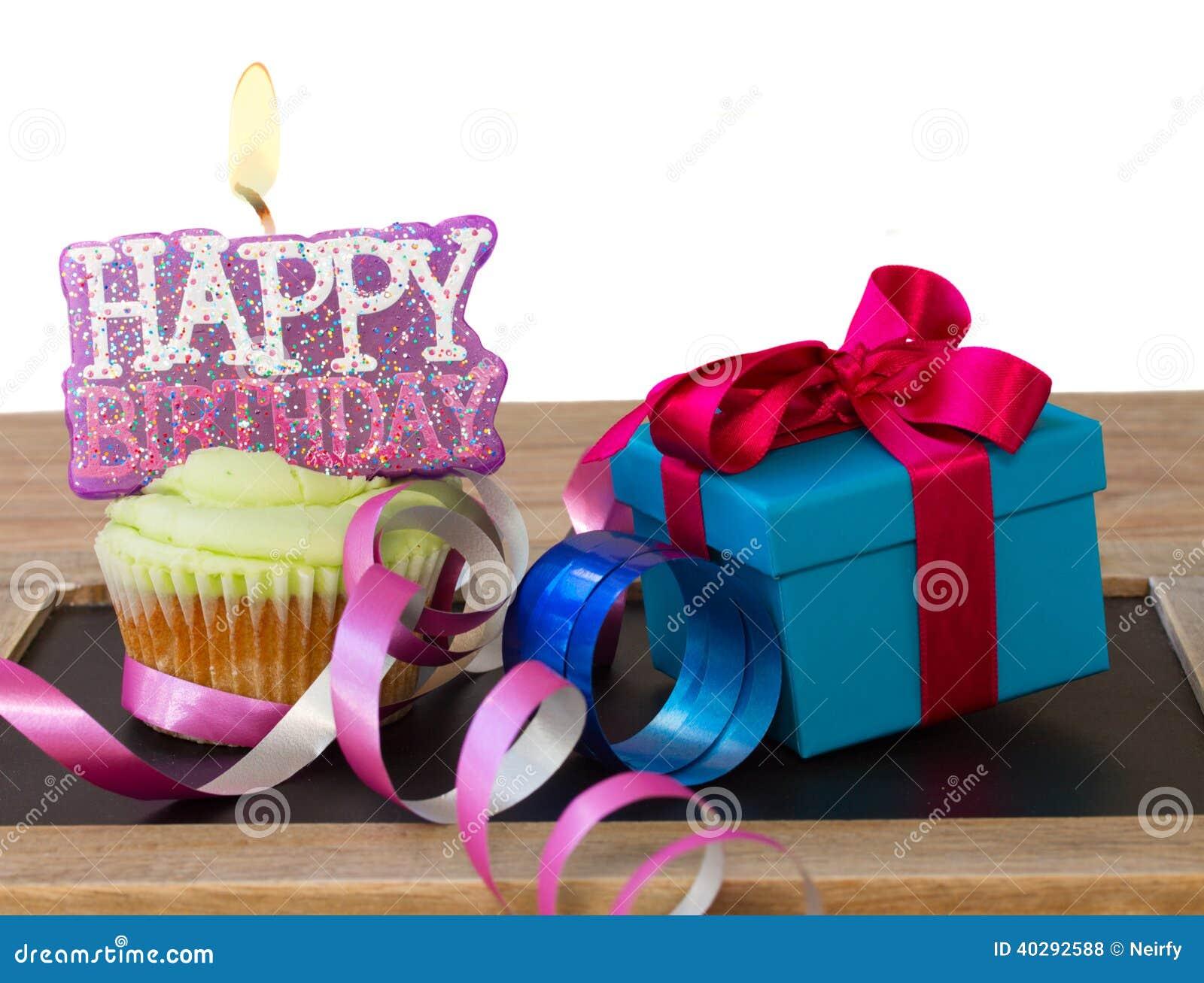 petit g teau avec le joyeux anniversaire et le bo te cadeau de bougie photo stock image 40292588. Black Bedroom Furniture Sets. Home Design Ideas
