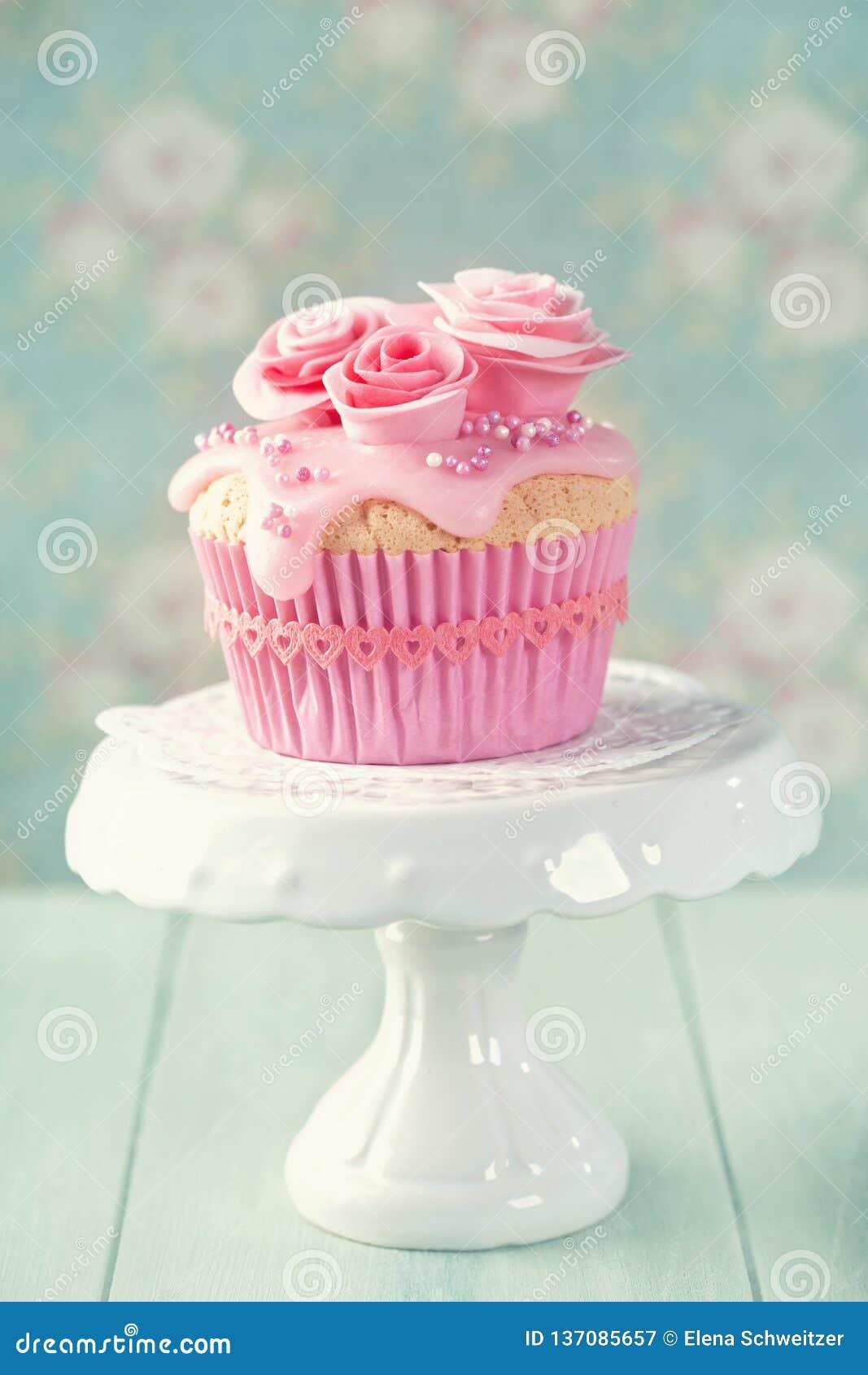 Petit gâteau avec les fleurs roses