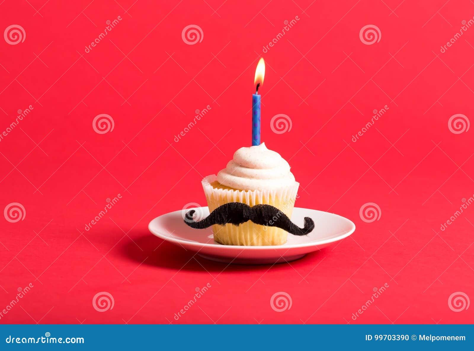 Petit gâteau avec un thème de jour du ` s de père de moustache