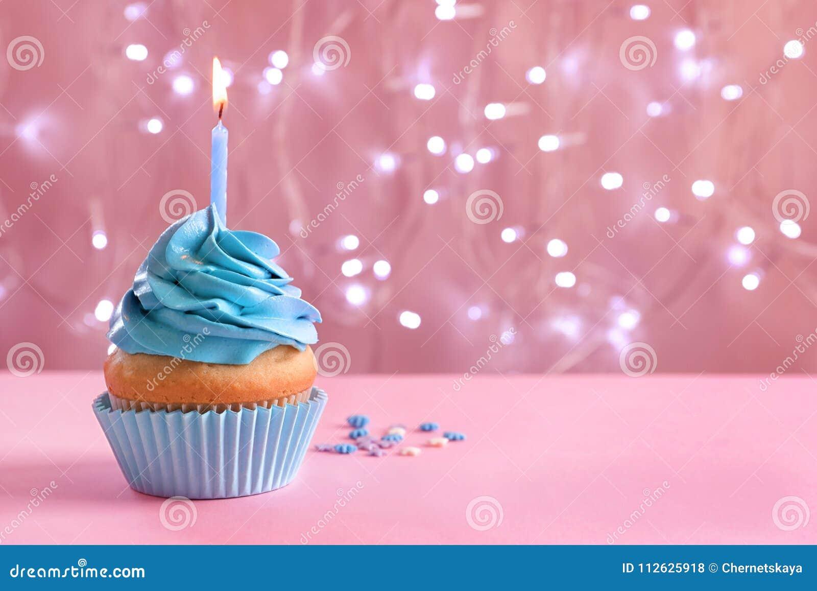 Petit gâteau d anniversaire avec la bougie brûlante sur la table