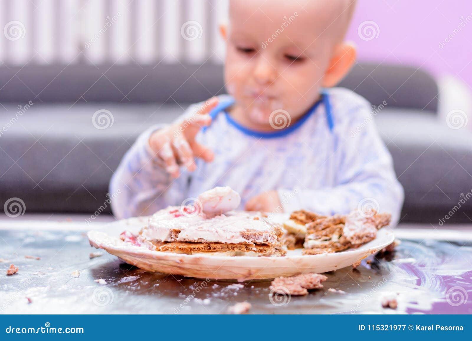 Petit gâteau d anniversaire de fracas de bébé avec une cuillère, joyeux anniversaire