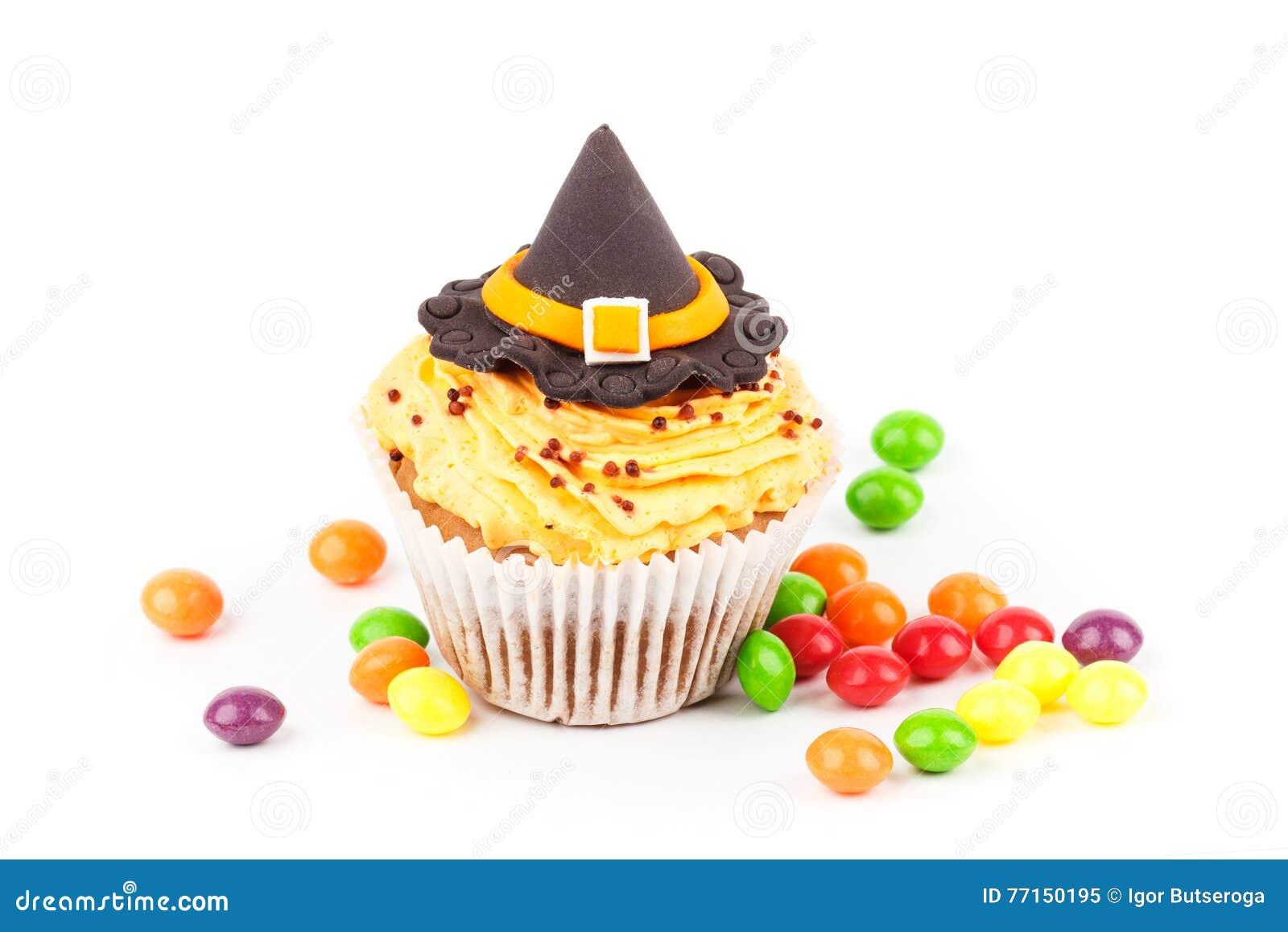 Petit gâteau de Halloween avec les décorations colorées